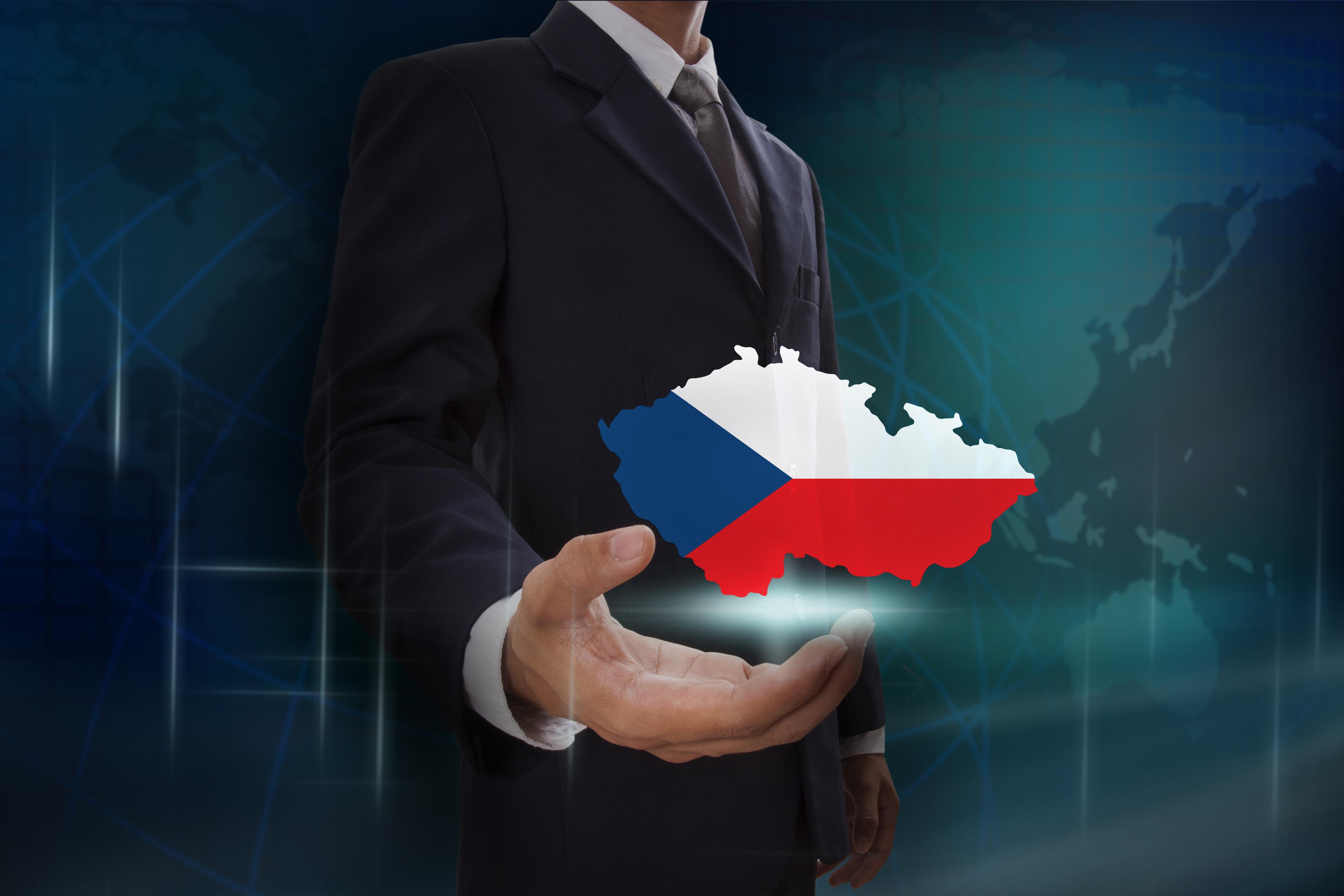 Бизнесмен с флагом Чехии, где иностранцы могут открыть бизнес