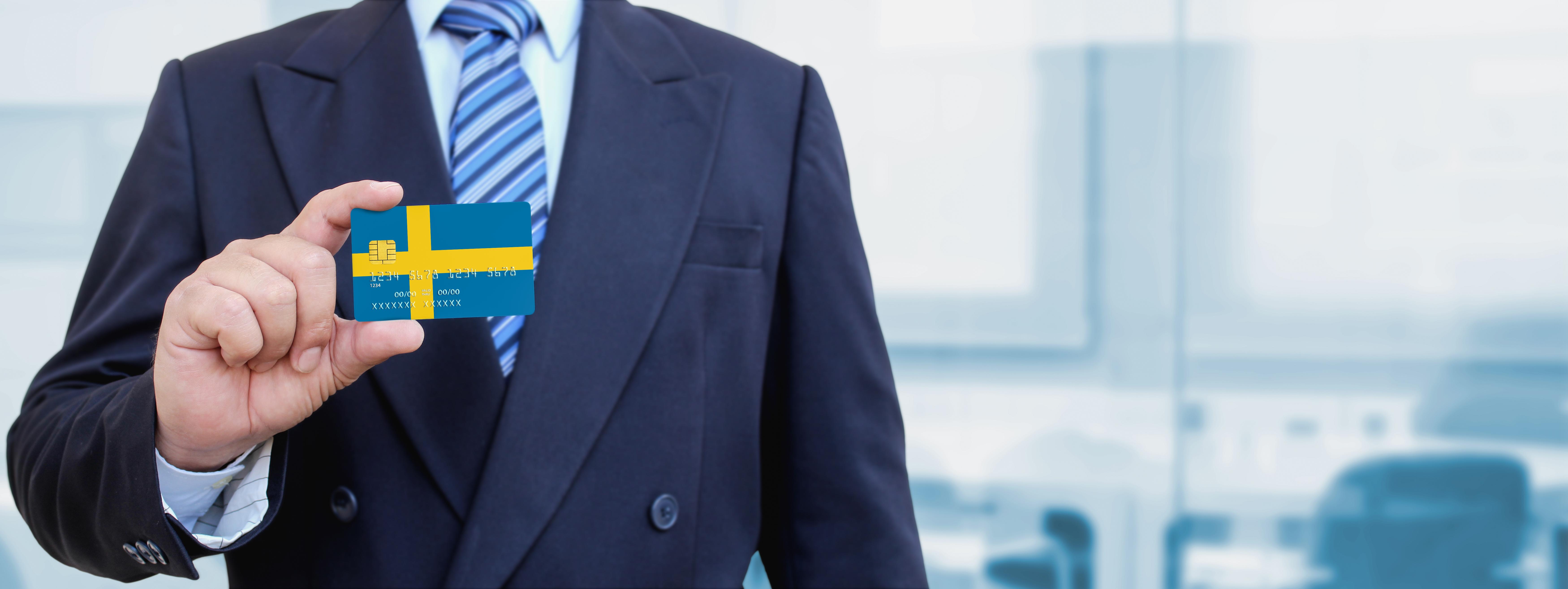 Бизнесмен с флагом Швеции, где иностранцы могут открыть бизнес