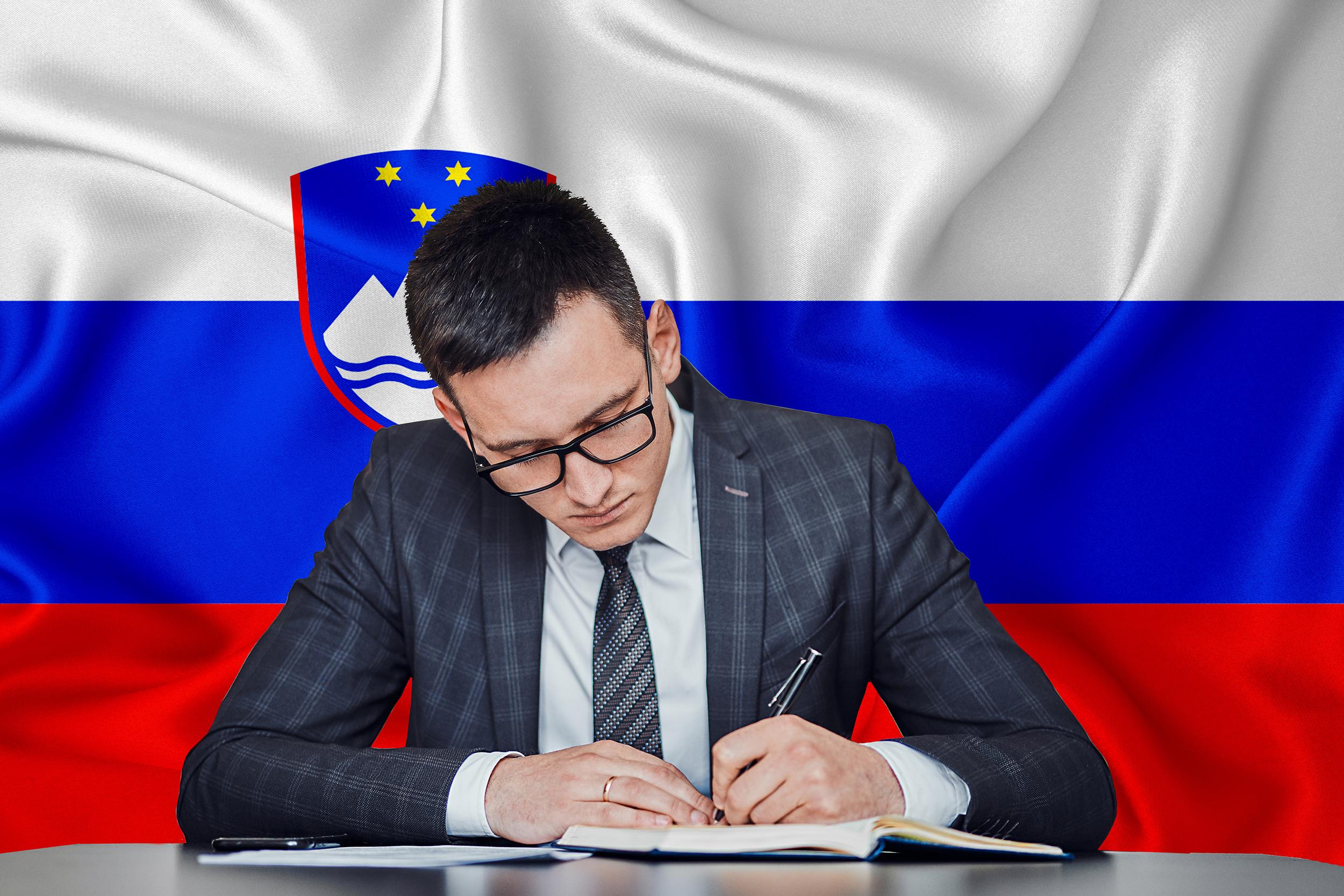 Бизнесмен а фоне флага Словении, где иностранцы могут открыть бизнес