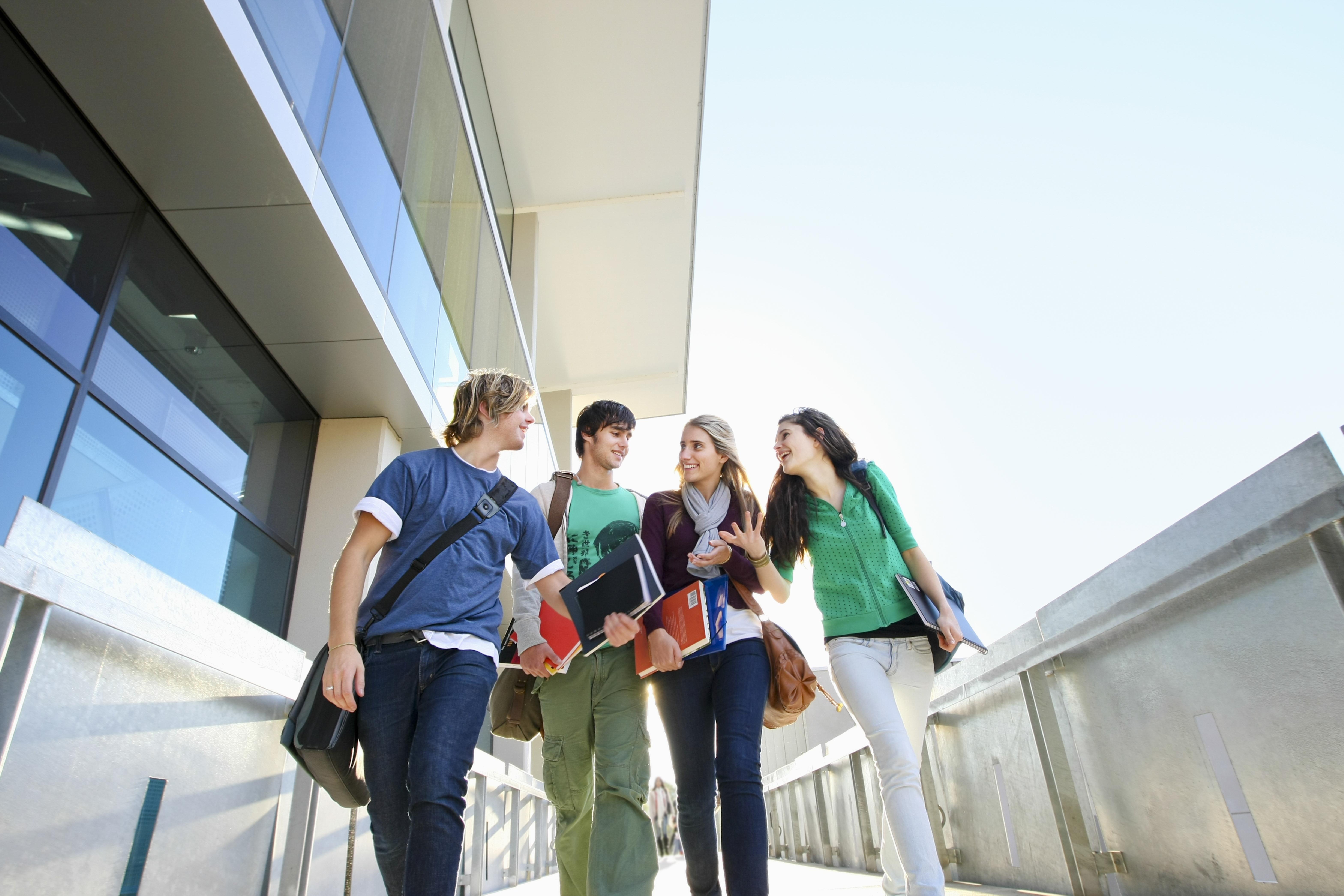 Молодые люди, которые могут оформить студенческую визу в Великобритании