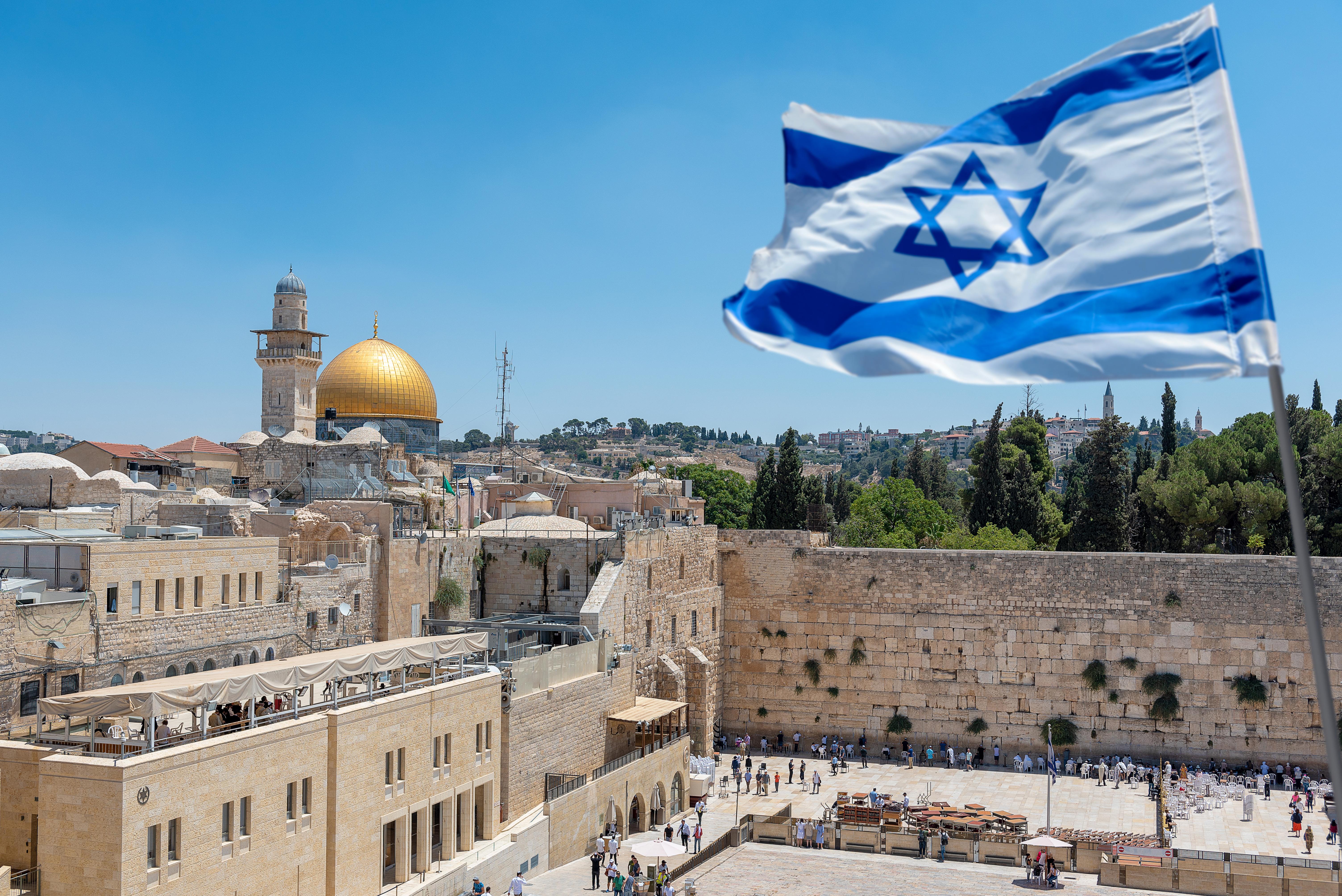 Вид на Иерусалим и флаг Израиля, куда можно переехать из стран СНГ