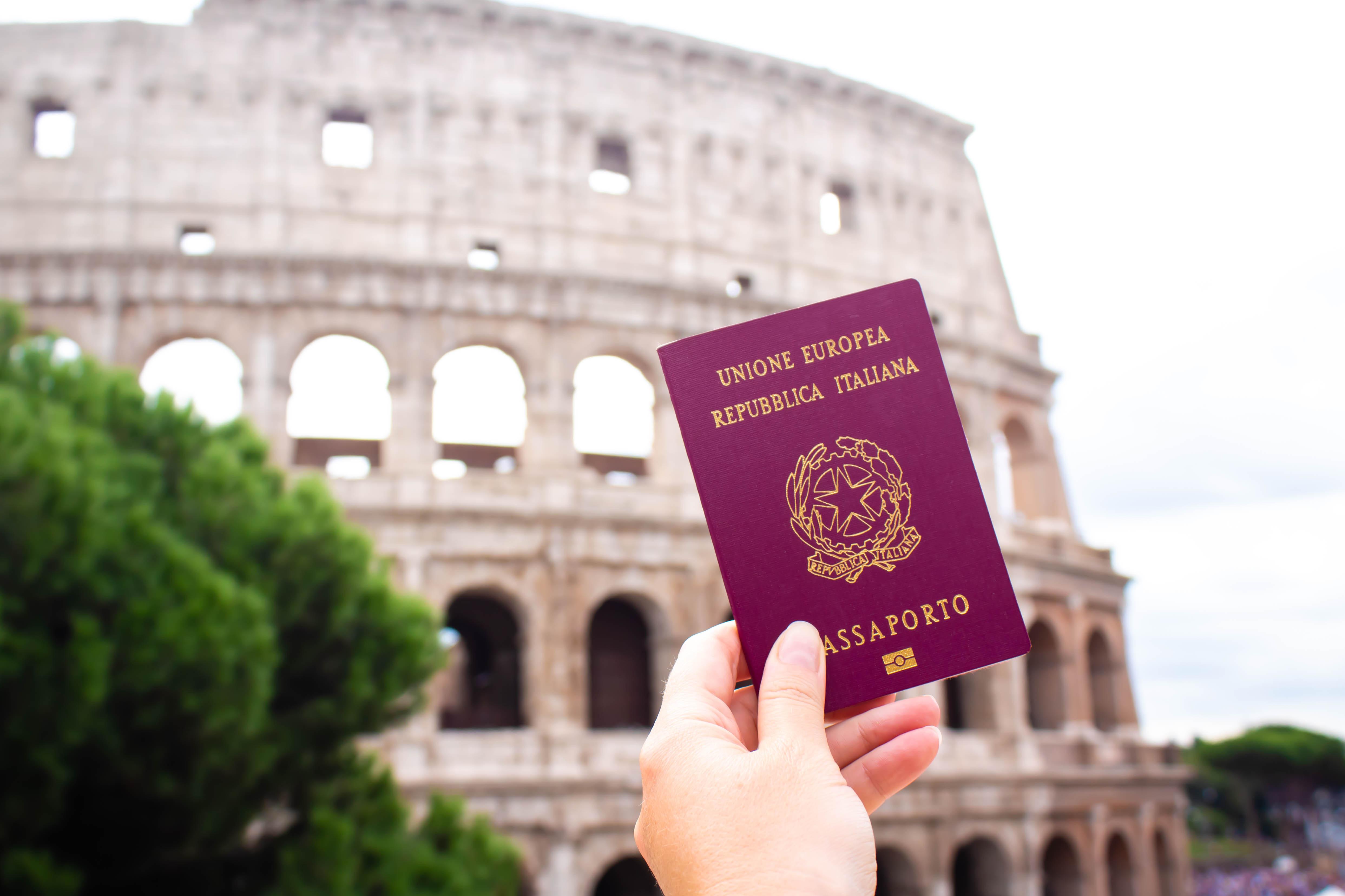 Паспорт Италии, гражданство которой могут получить иностранцы