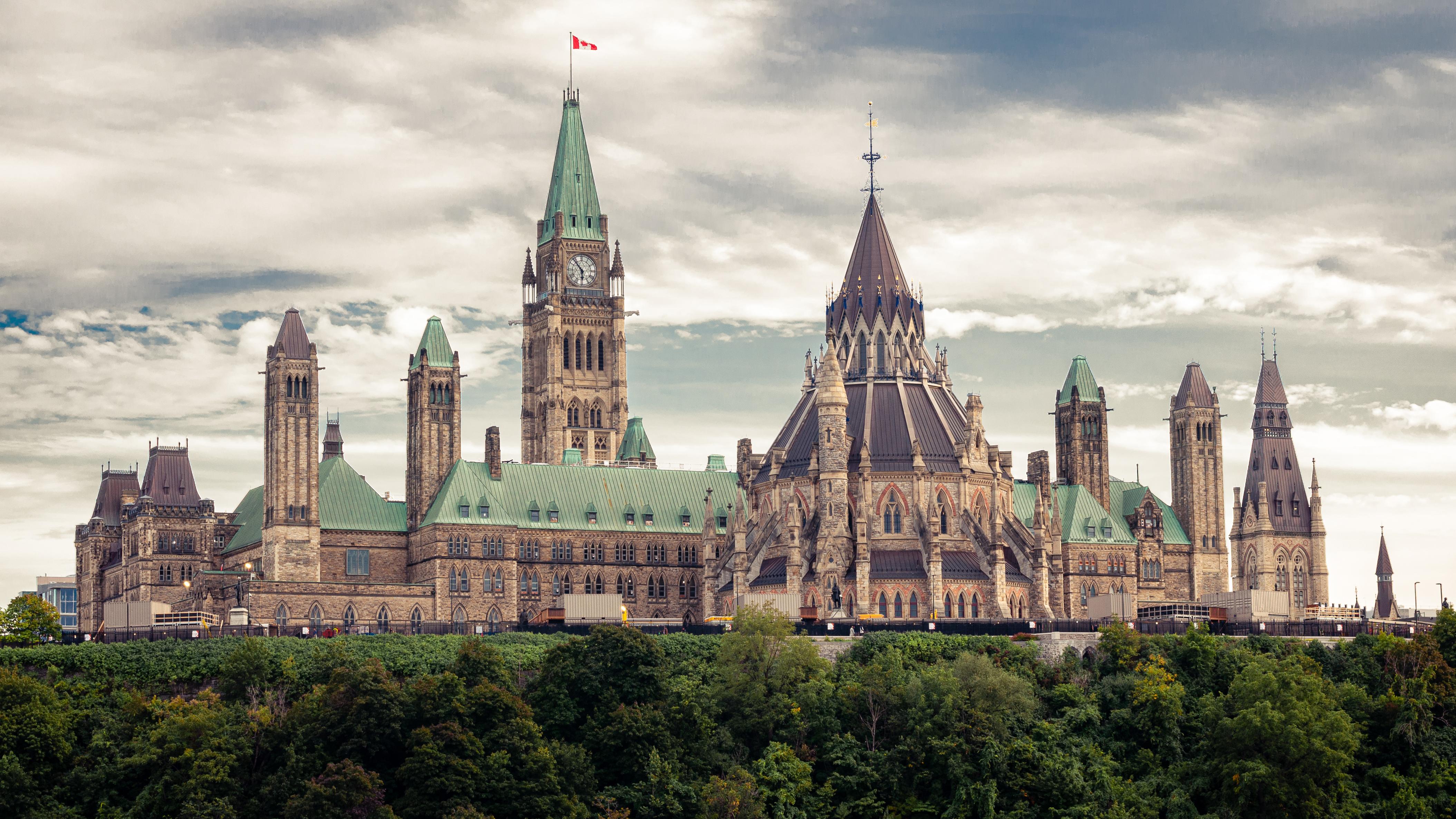 Вид на здание Парламента в Канаде, стране, куда можно переехать из стран СНГ