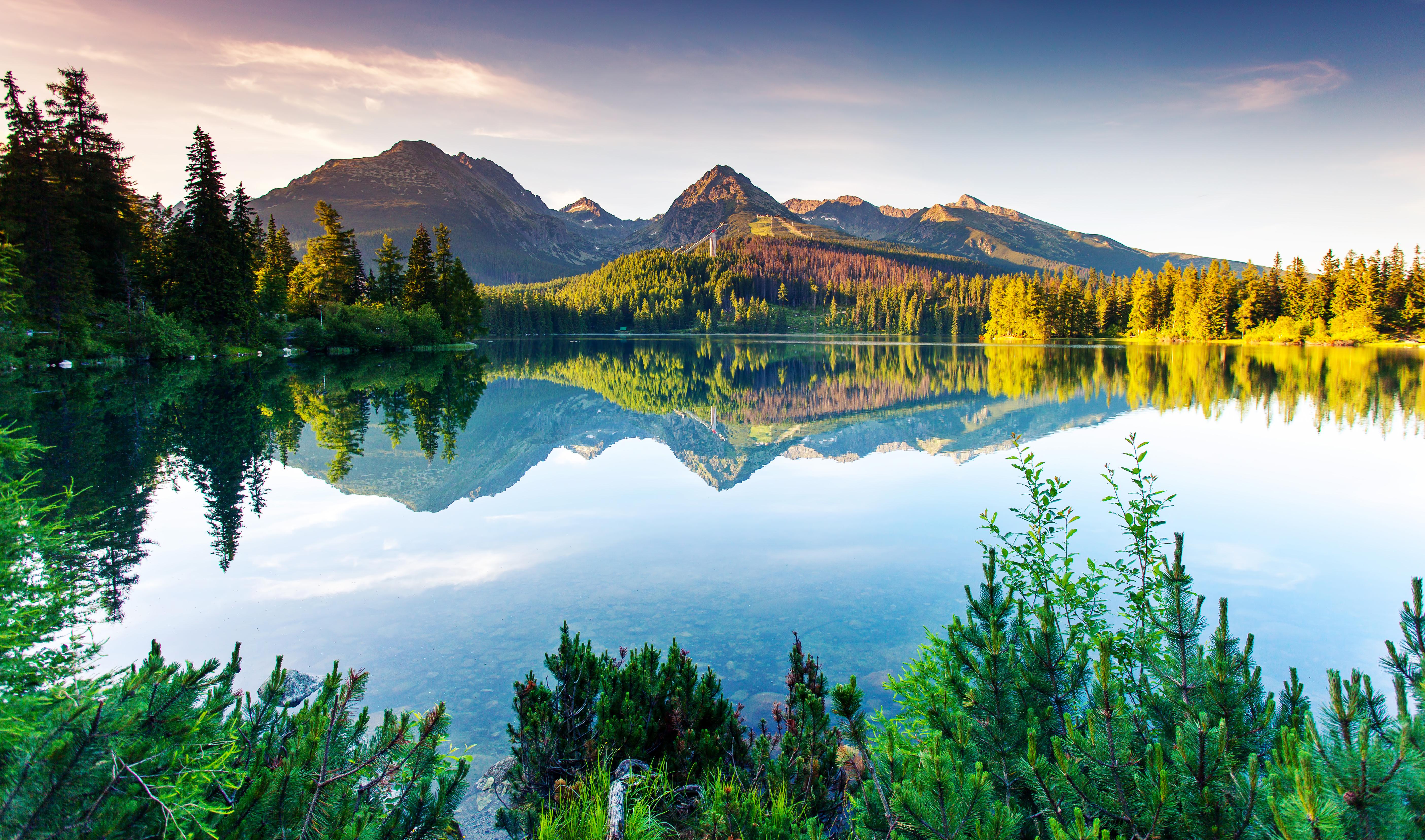 Озеро и горы Татры в Словакии, куда можно переехать из стран СНГ