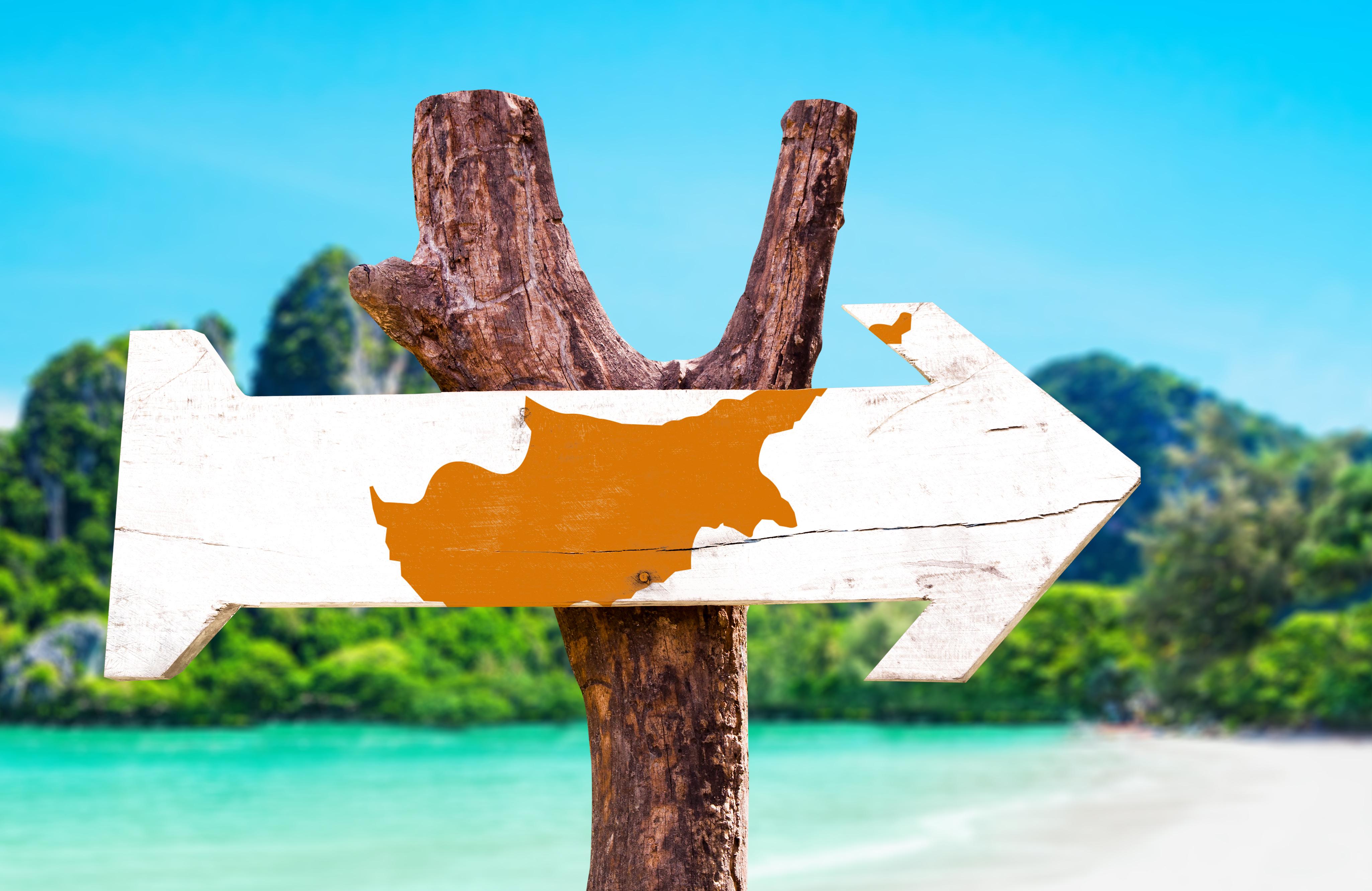 Деревянный знак флага Кипра, переехать в который можно из Беларуси, России и Украины