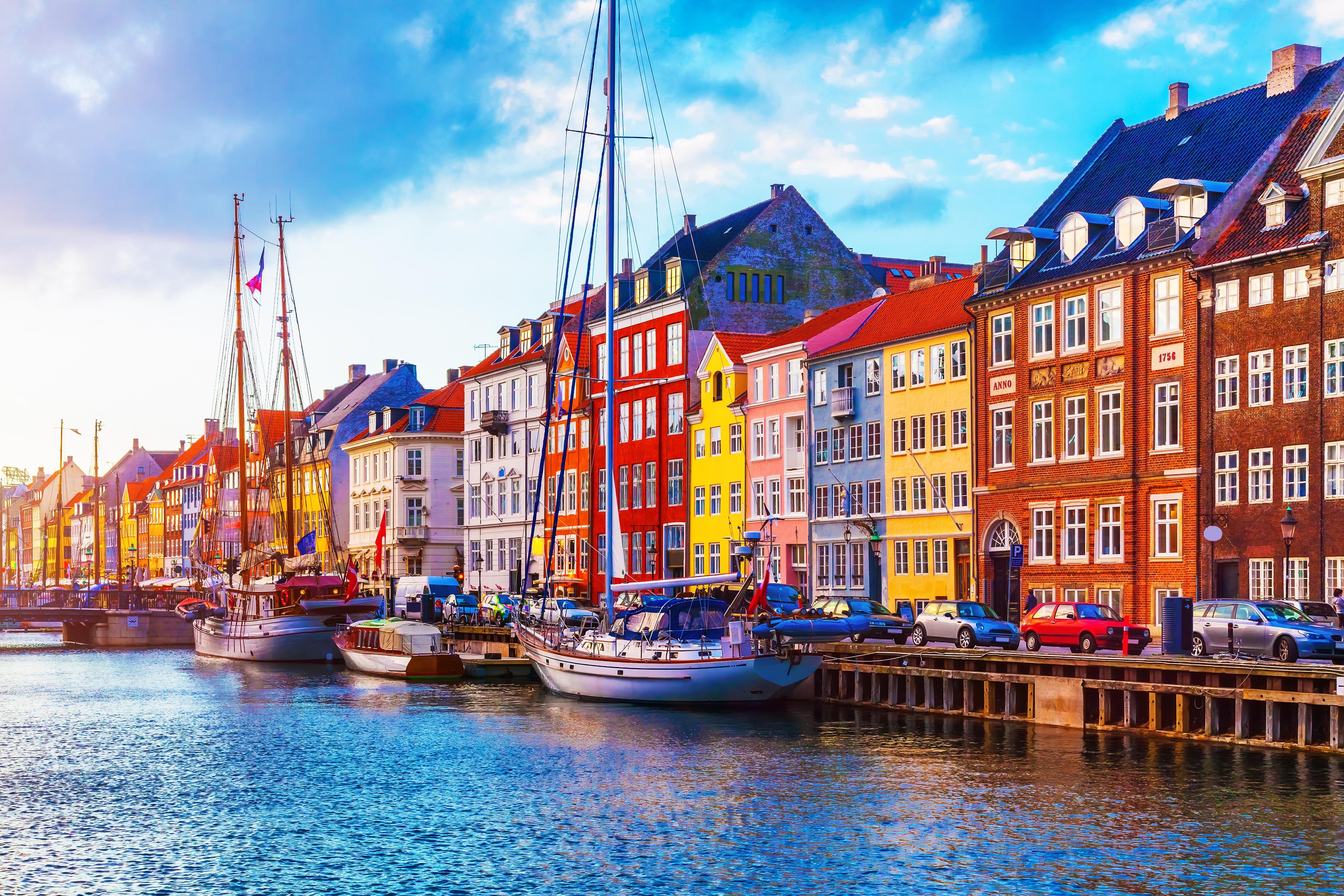 Вид на набережную в Копенгагене, столице Дании, куда можно переехать из стран СНГ