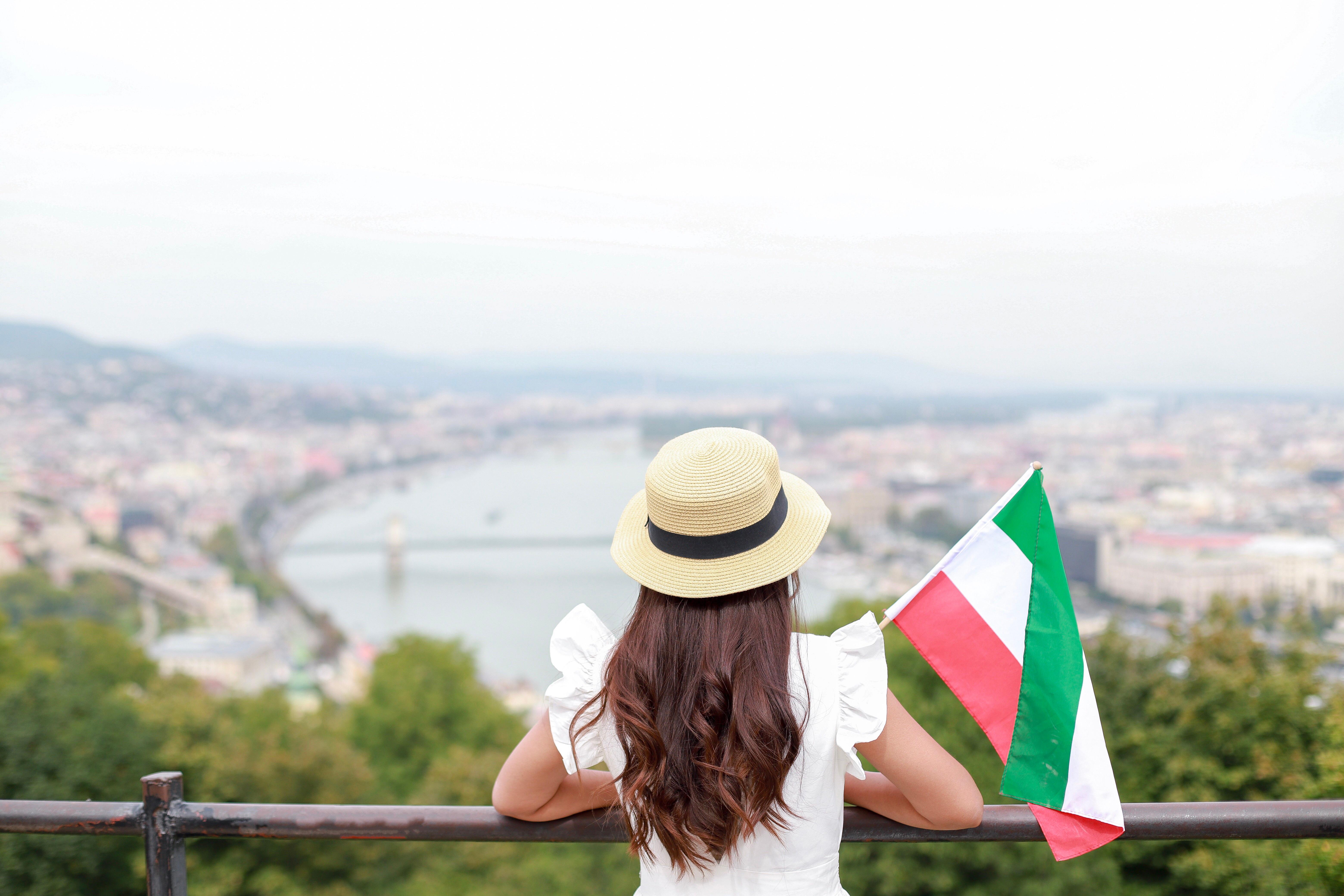 Девушка с флагом Венгрии, куда можно переехать из стран СНГ