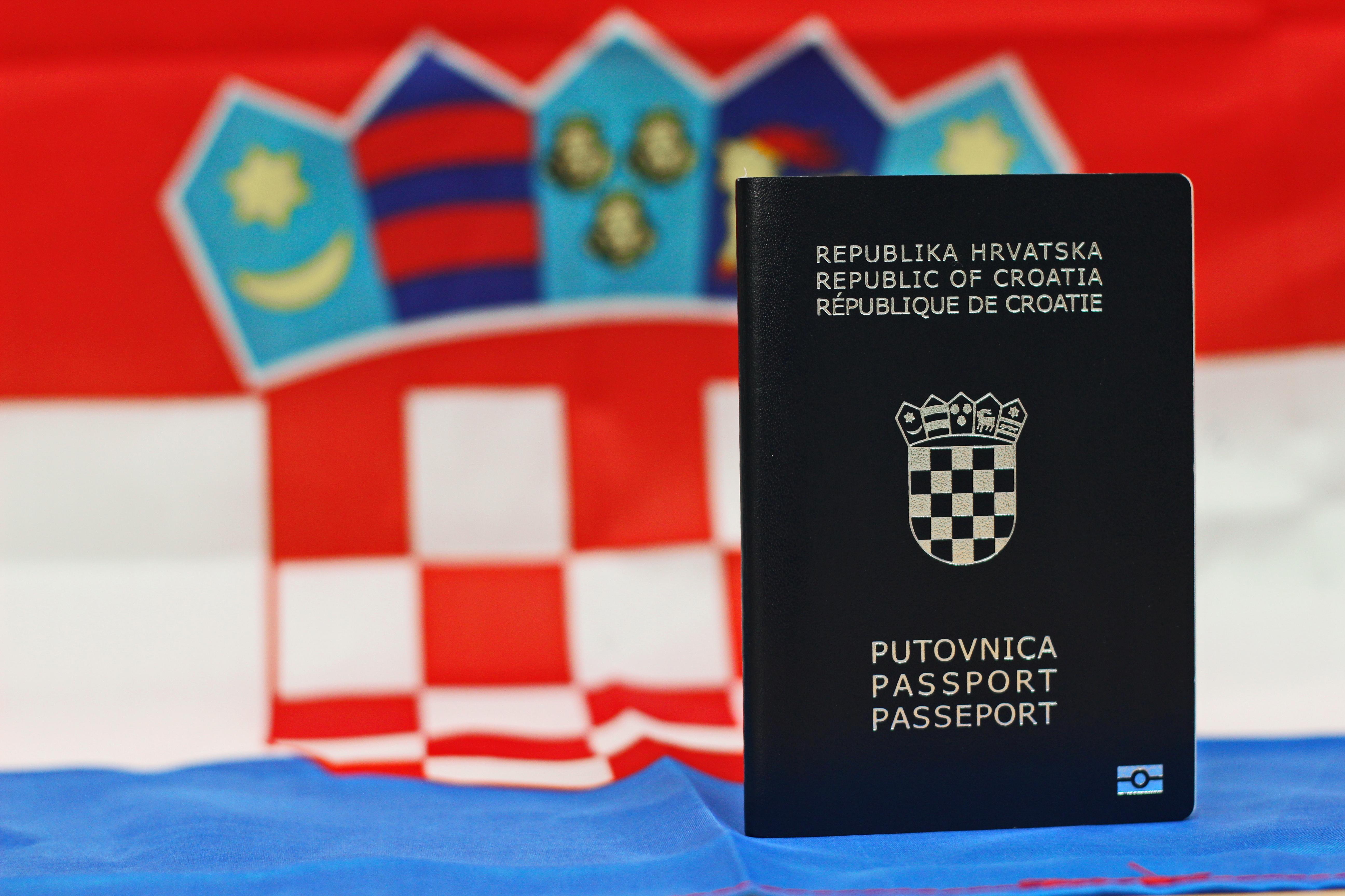 Флаг и паспорт Хорватии, гражданство которой могут получить иностранцы
