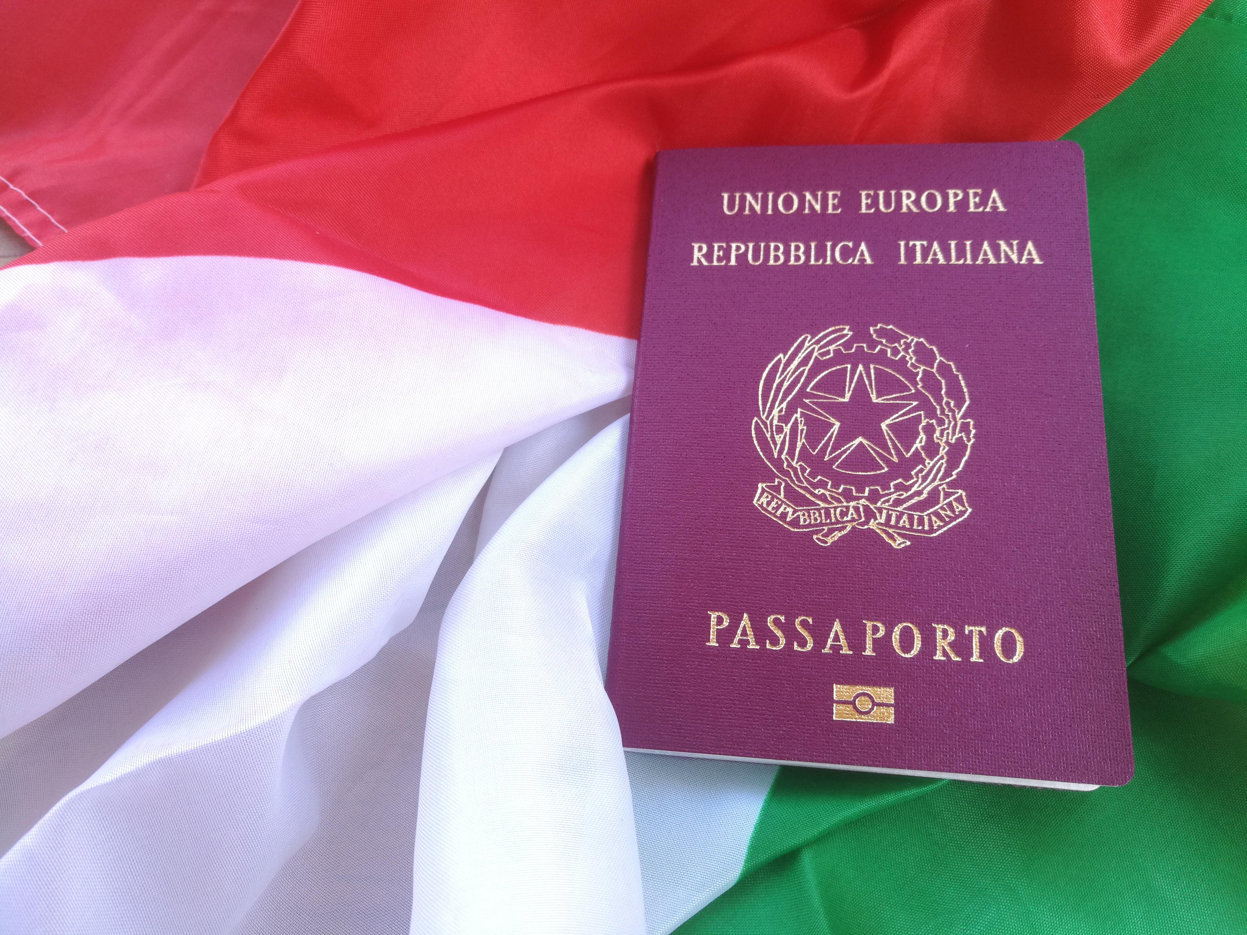 Флаг и паспорт Италии, гражданство которой могут получить иностранцы
