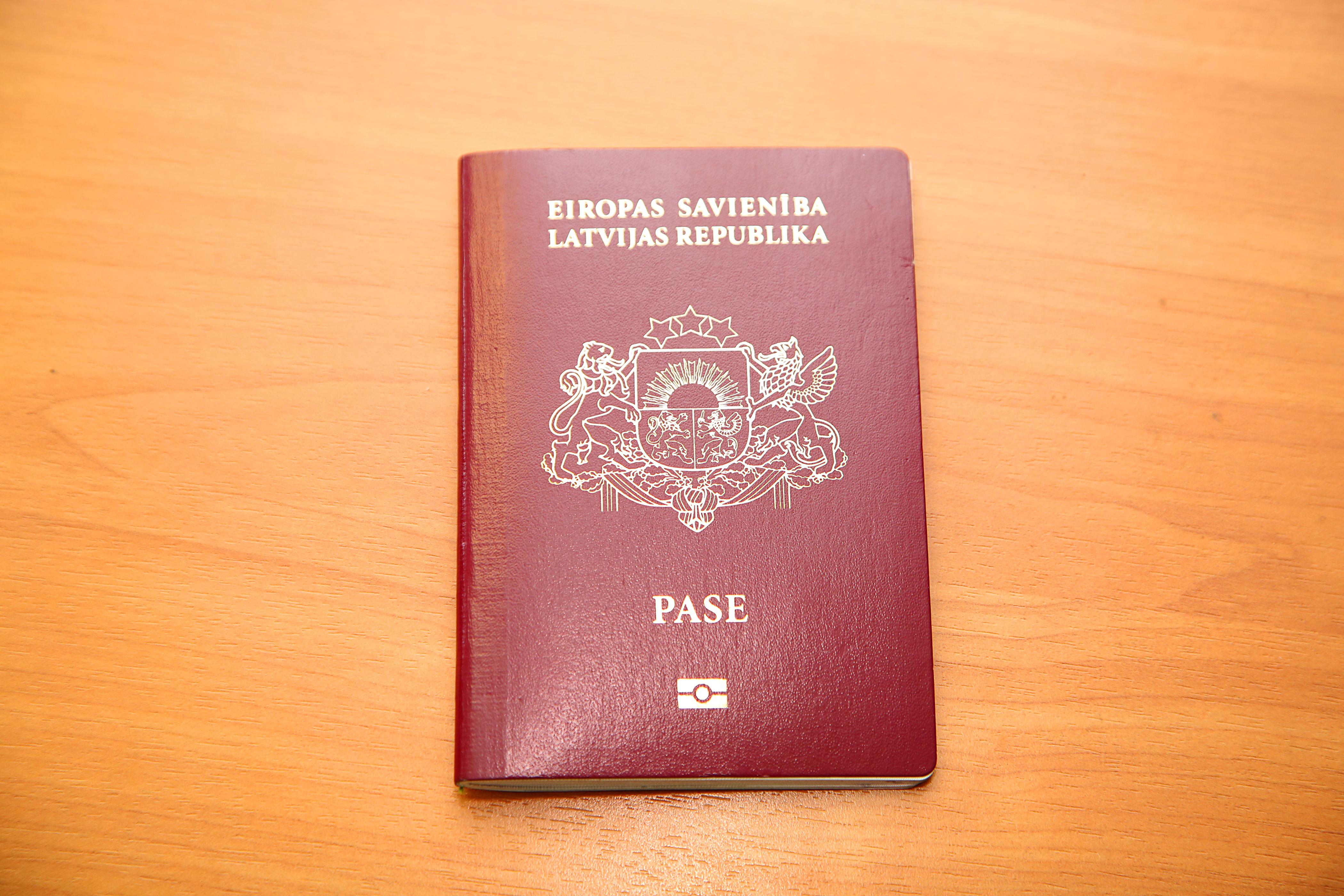 Латвийский паспорт, который могут получить россияне