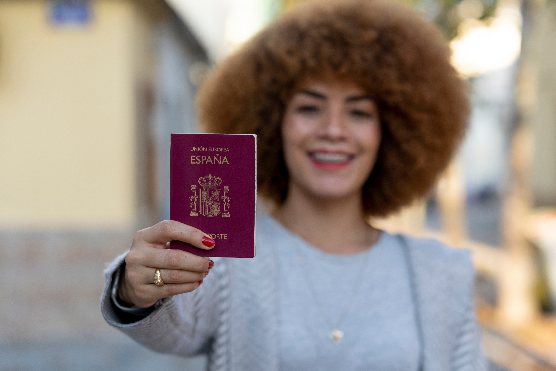 Девушка с паспортом Испании, гражданство которой могут получить иностранцы