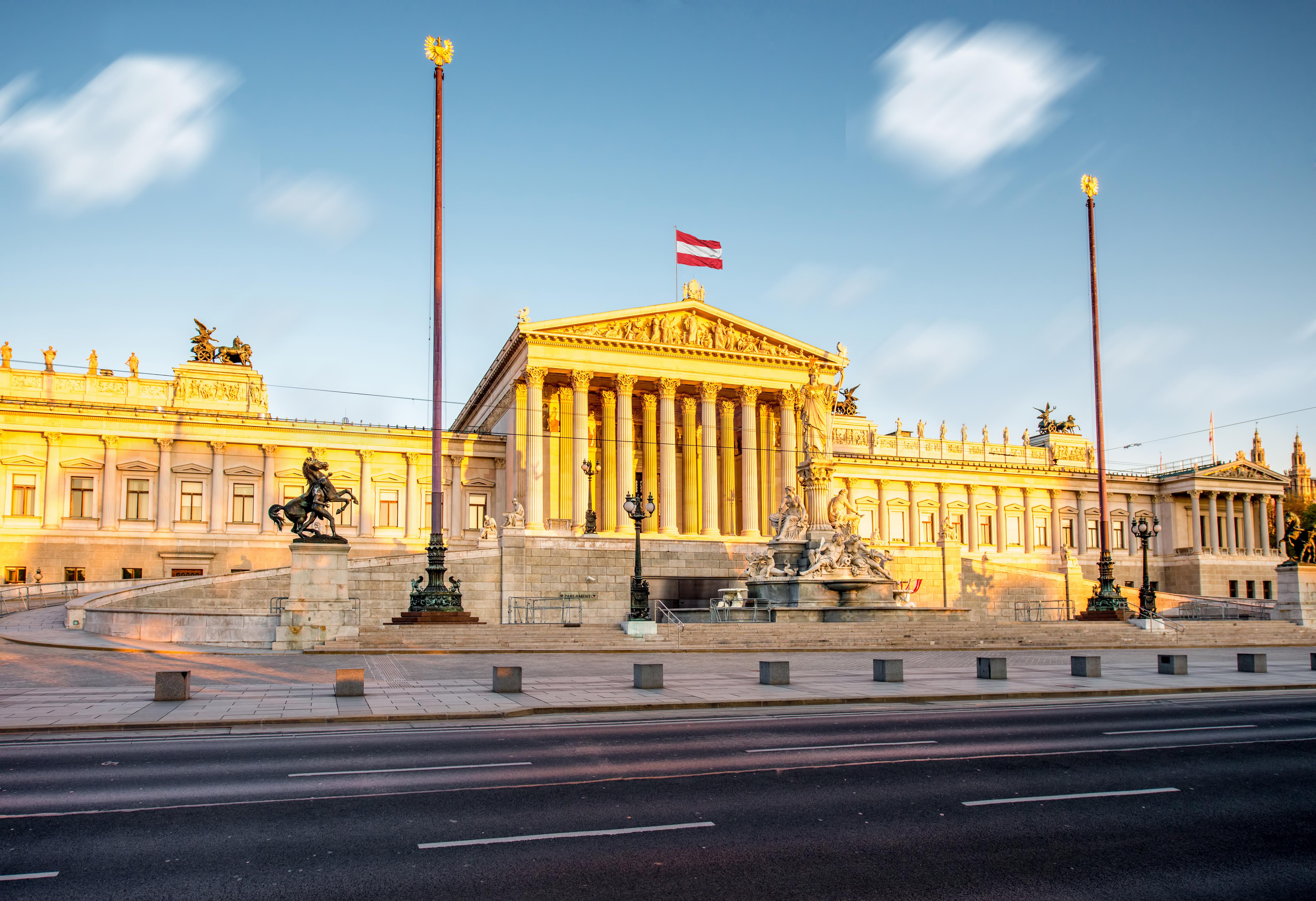 Флаг на здании Парламента в Австрии, ПМЖ которой могут получить иностранцы