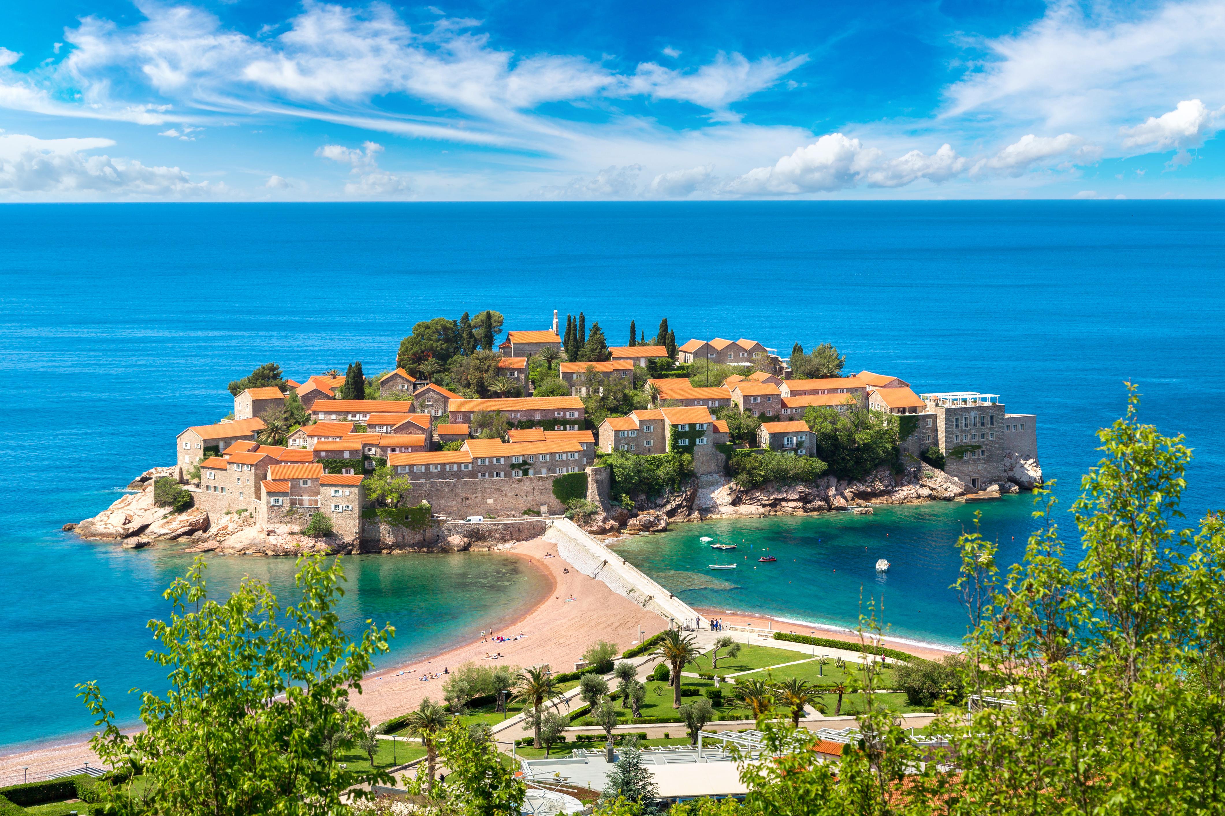 Остров Святого Стефана в Будве, в Черногории, ПМЖ которой могут получить иностранцы