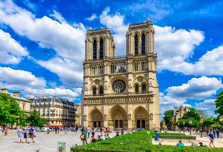 Нотр-Дам де Пари во Франции, ПМЖ которой могут получить иностранцы