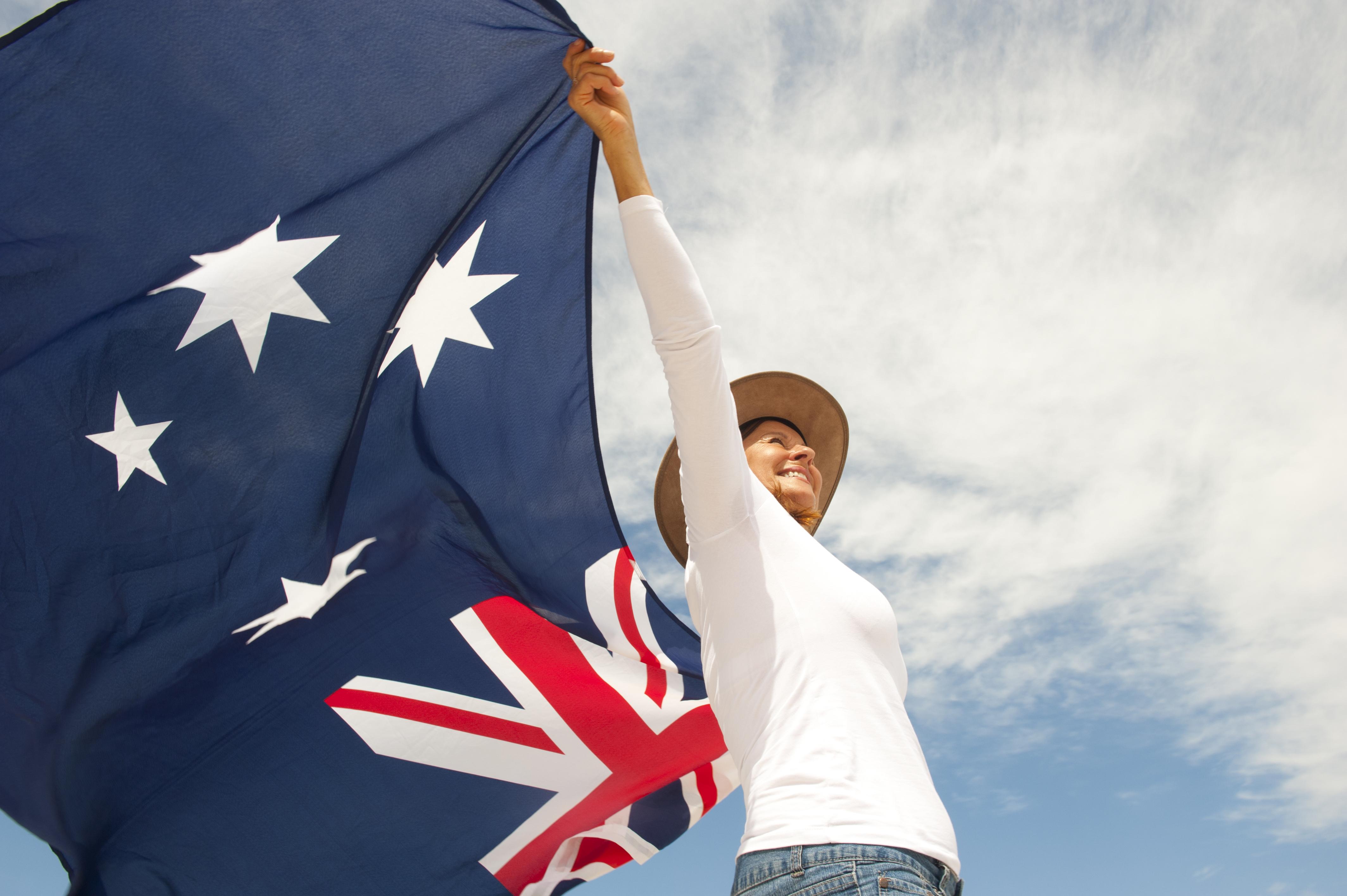 Женщина с флагом Австралии, где иностранцы могут получить ВНЖ