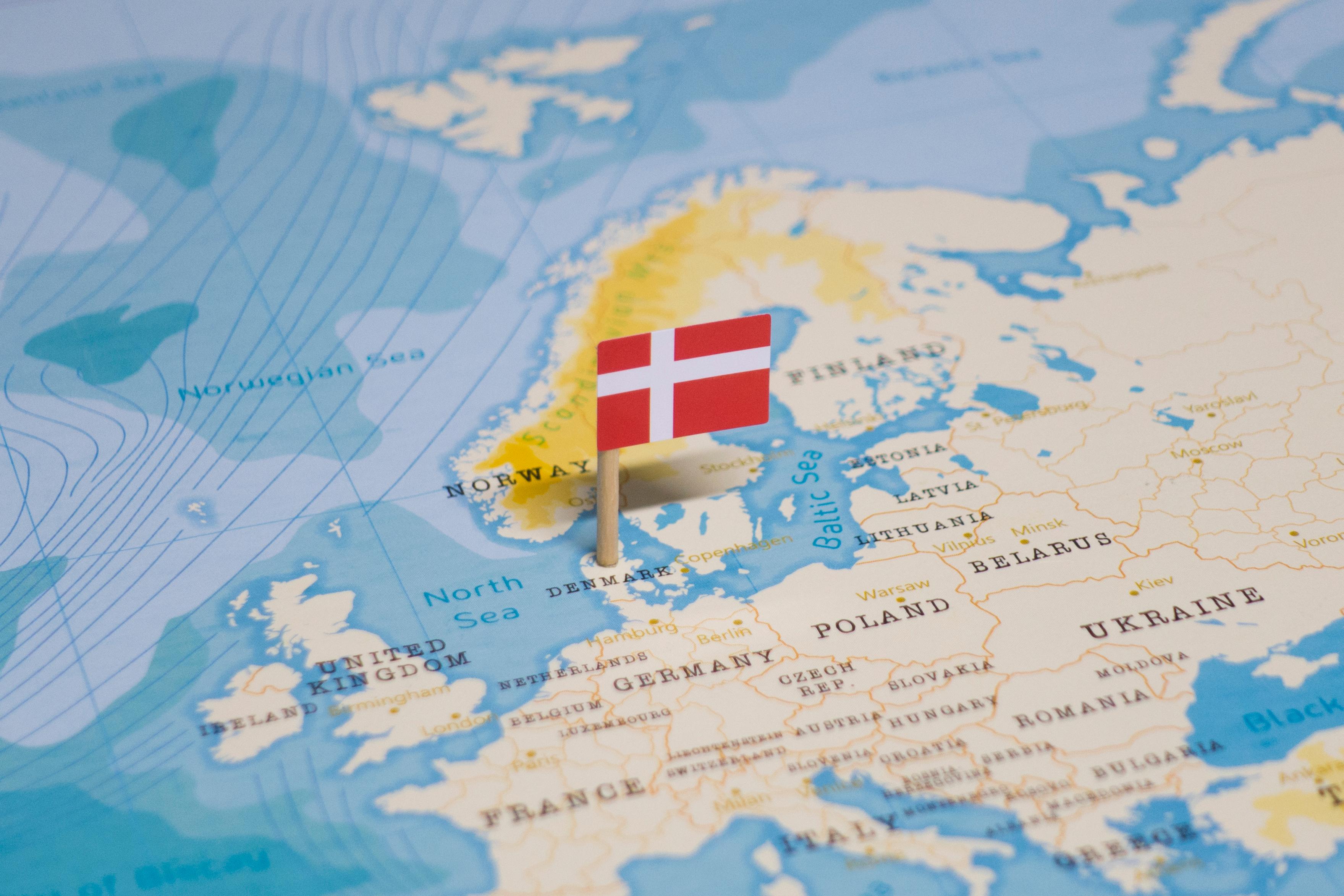 Флаг Дании, ВНЖ которой могут получить мигранты из России, Беларуси и Украины