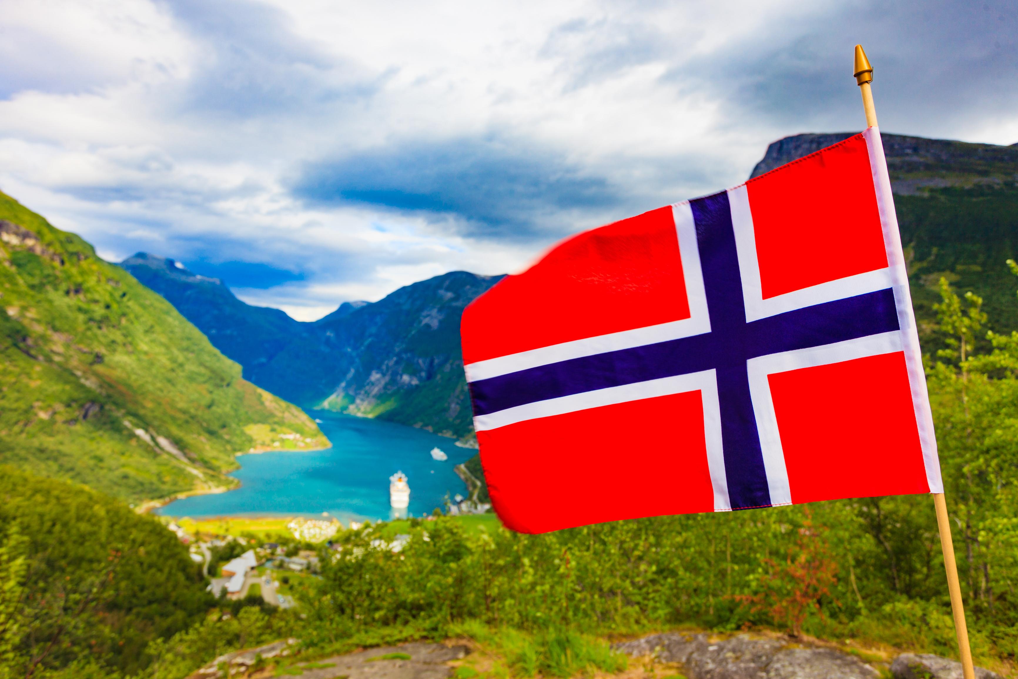 Флаг на фоне гор в Норвегии, ВНЖ которой могут получить россияне, украинцы и белорусы
