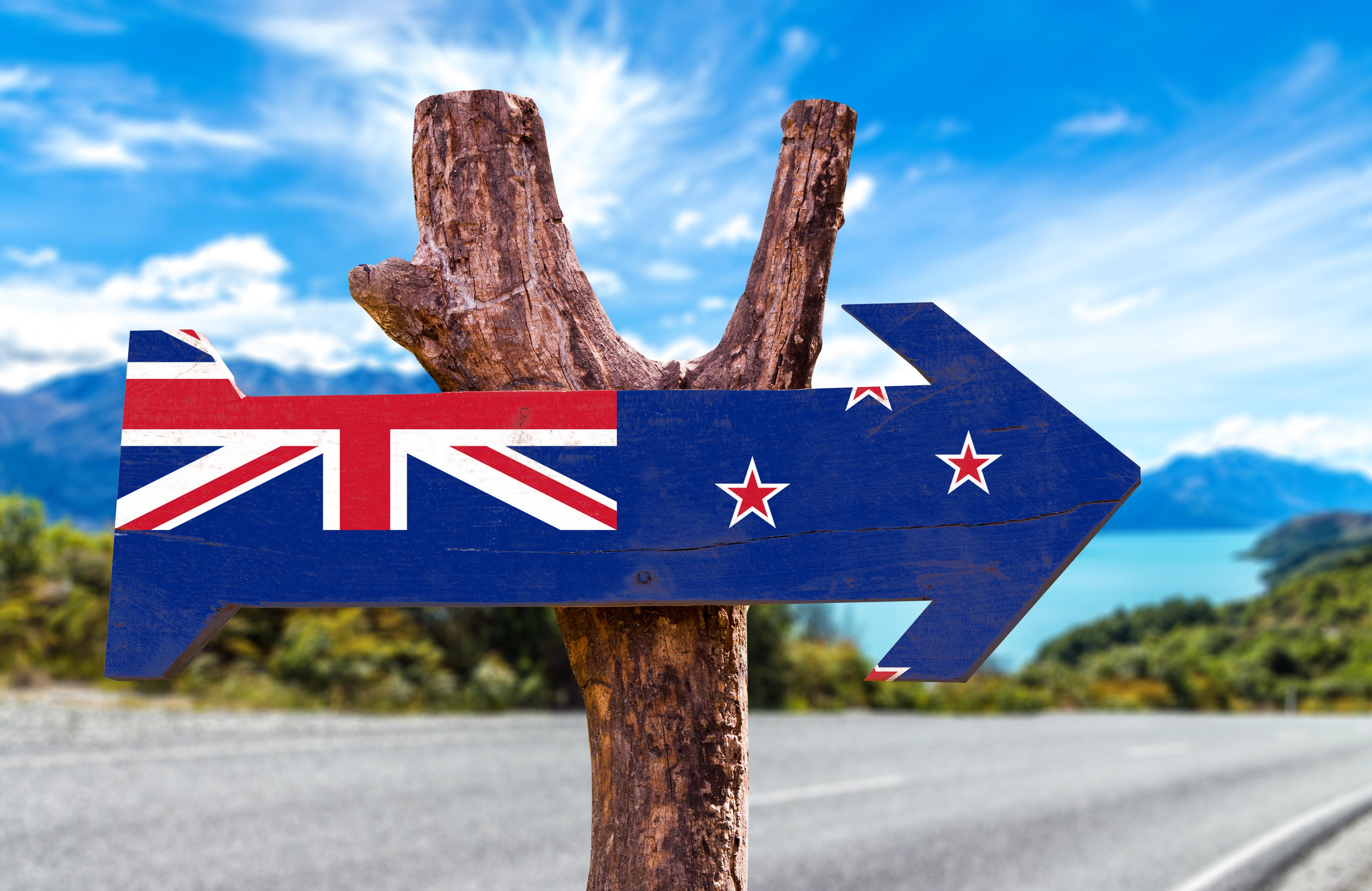 Деревянный знак с флагом Новой Зеландии, ВНЖ которой могут получить граждане Беларуси, России и Украины