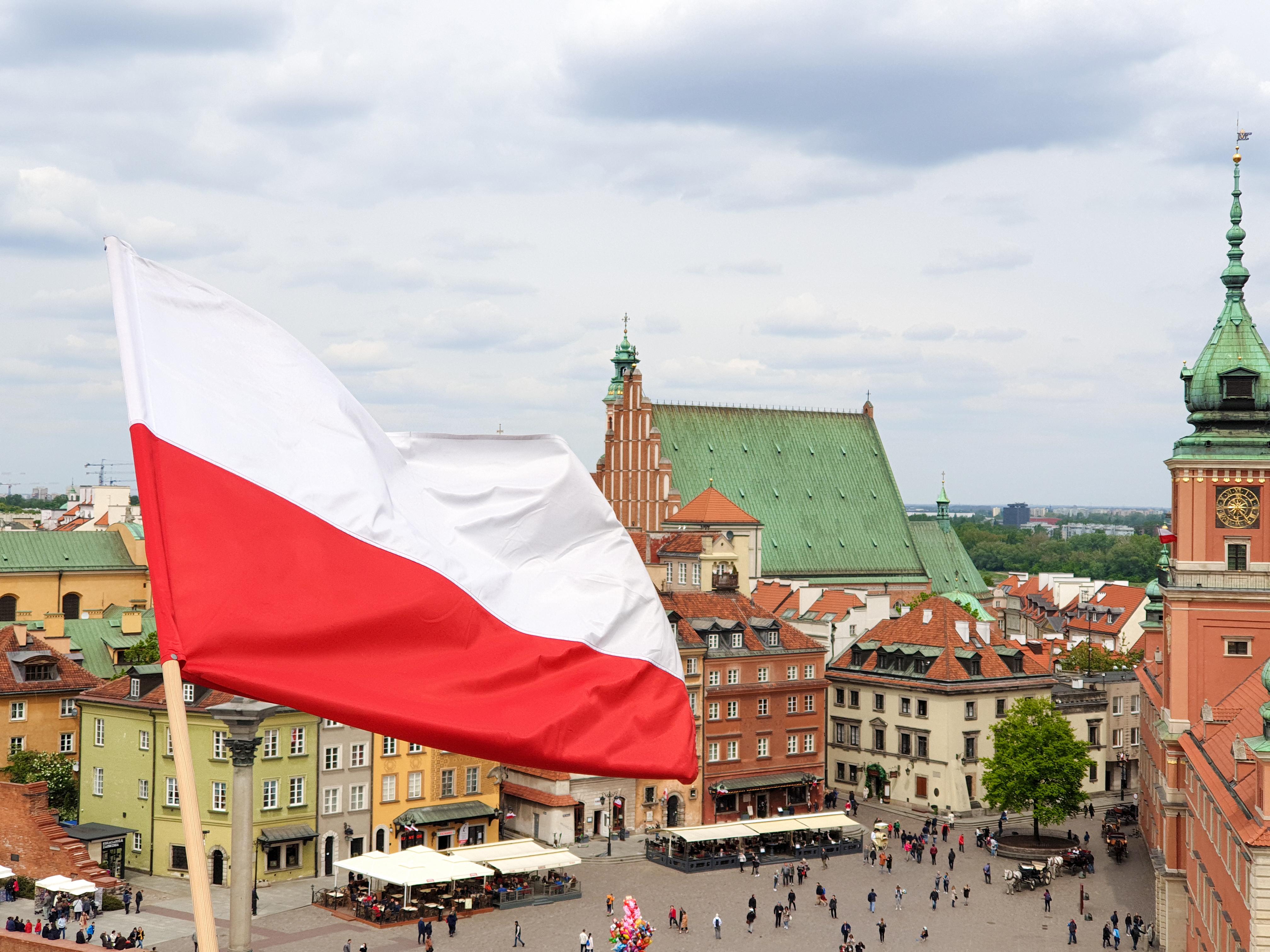Флаг над площадью в Варшаве, столице Польши, ВНЖ которой могут получить иностранцы