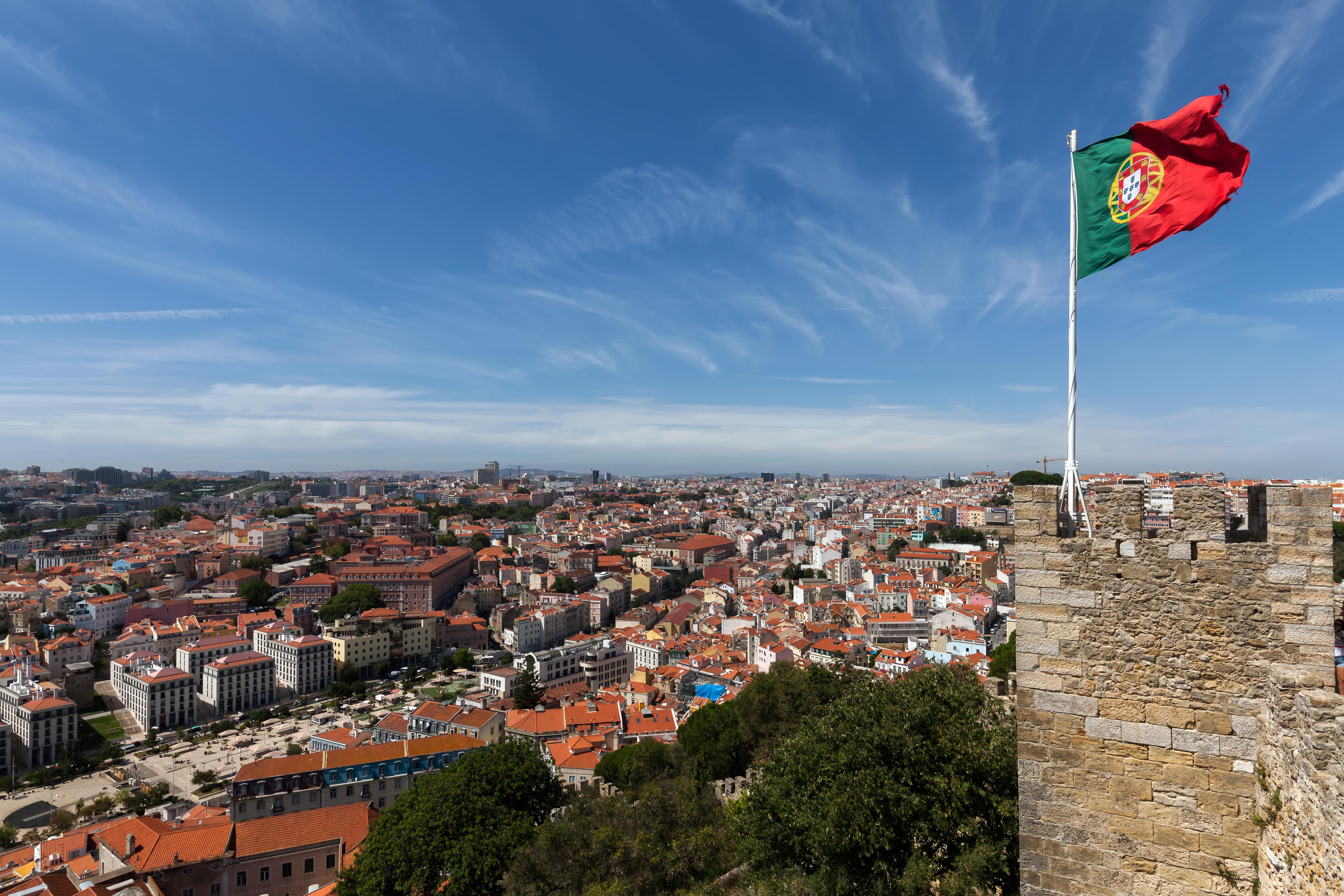 Флаг над Лиссабоном, столицей Португалии, ВНЖ которой могут получить иностранцы