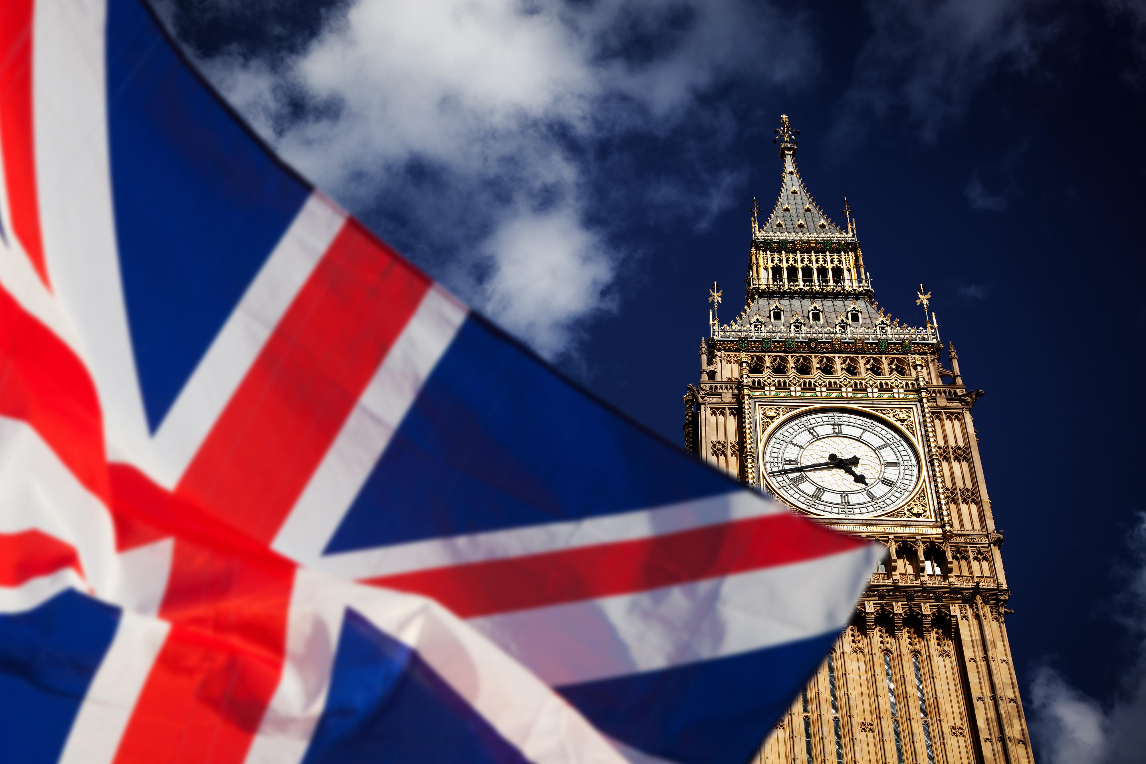 Флаг на фоне Биг Бена в Великобритании, ВНЖ которой могут получить иностранцы