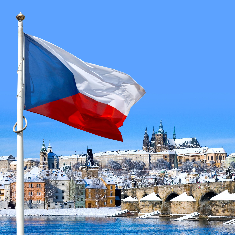Пражский град и флаг Чехии, ПМЖ которой могут получить иностранцы
