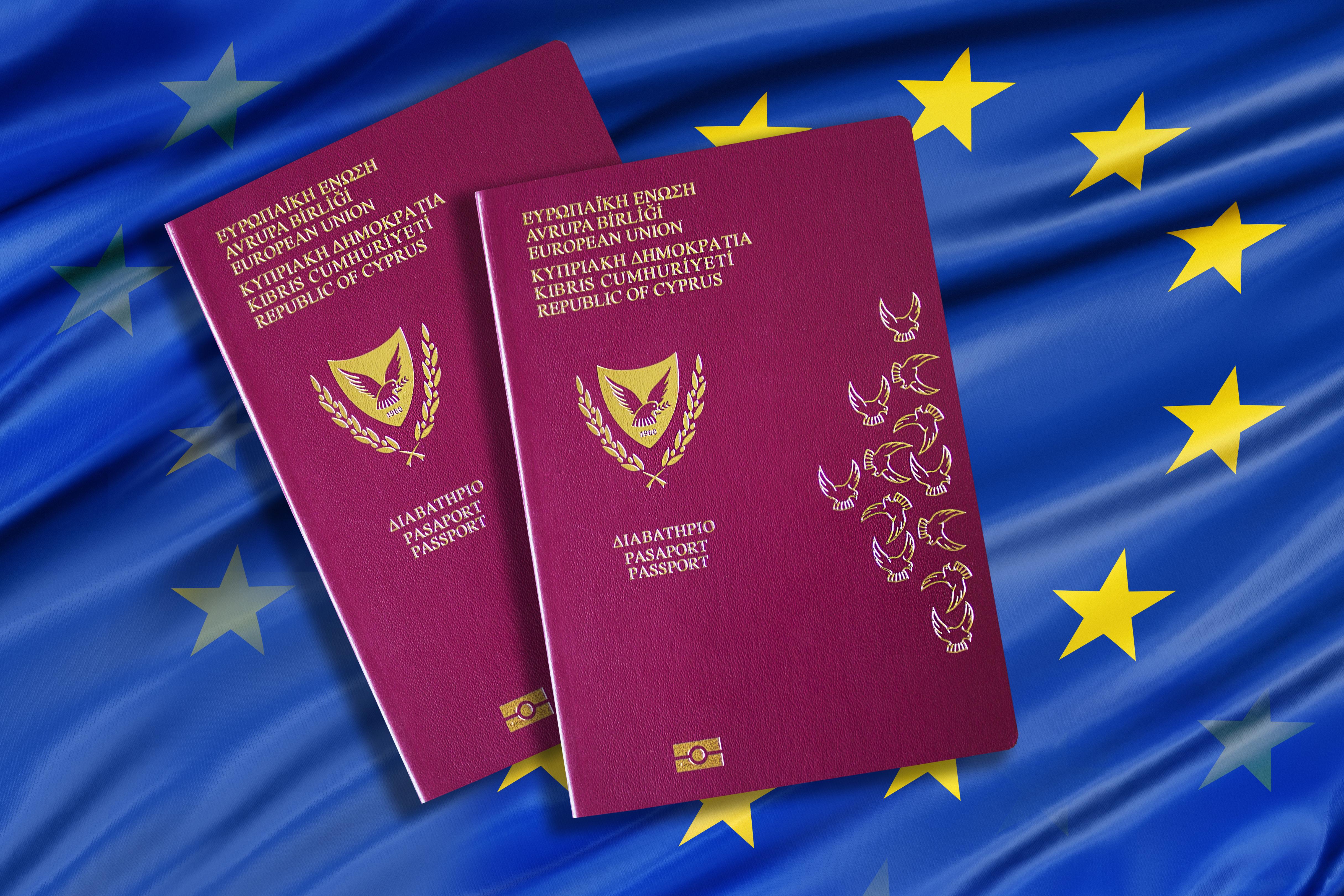 Флаг ЕС и паспорта Кипра, где программа золотых паспортов прекращает свое действие