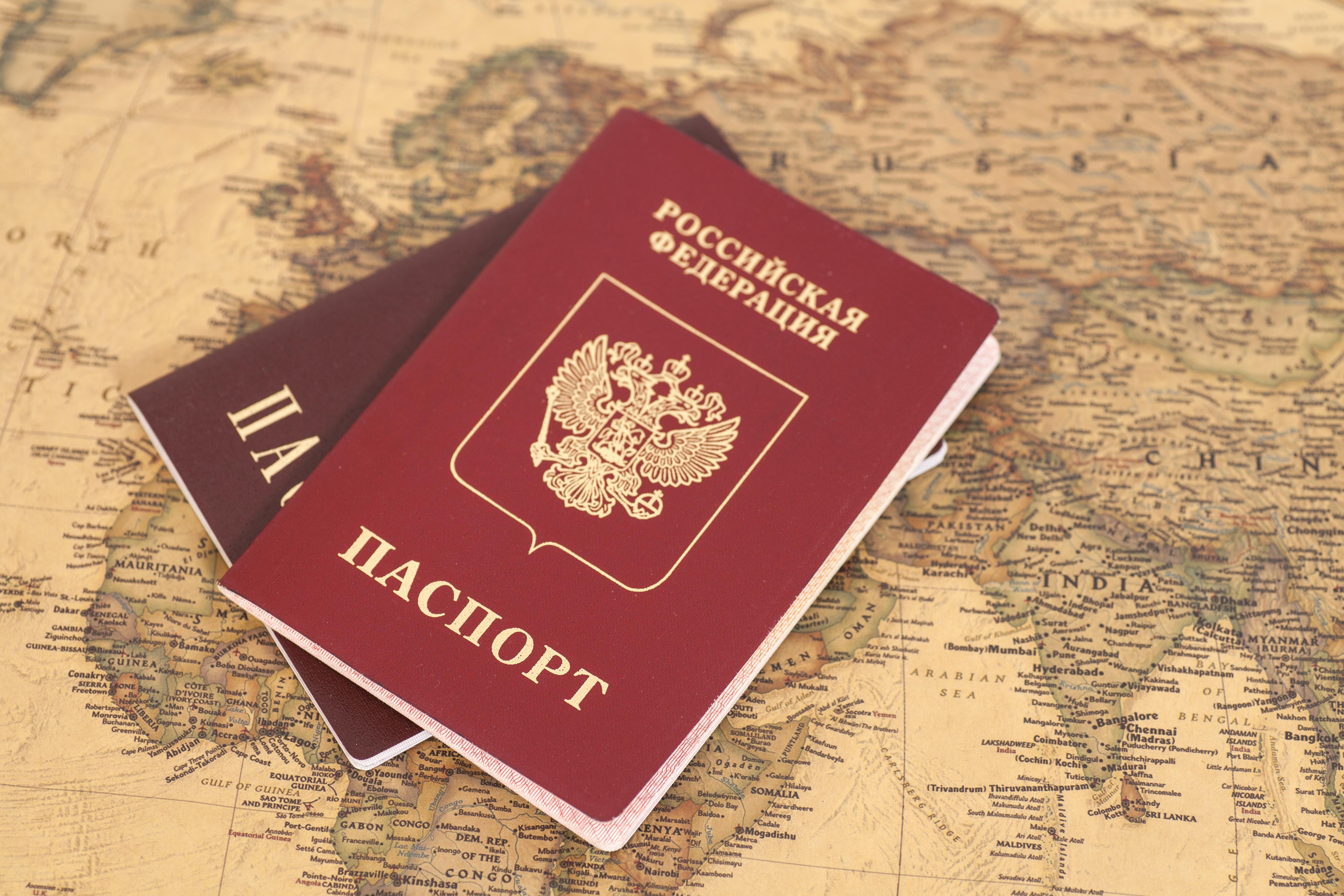 Два паспорта с номером и серией на карте