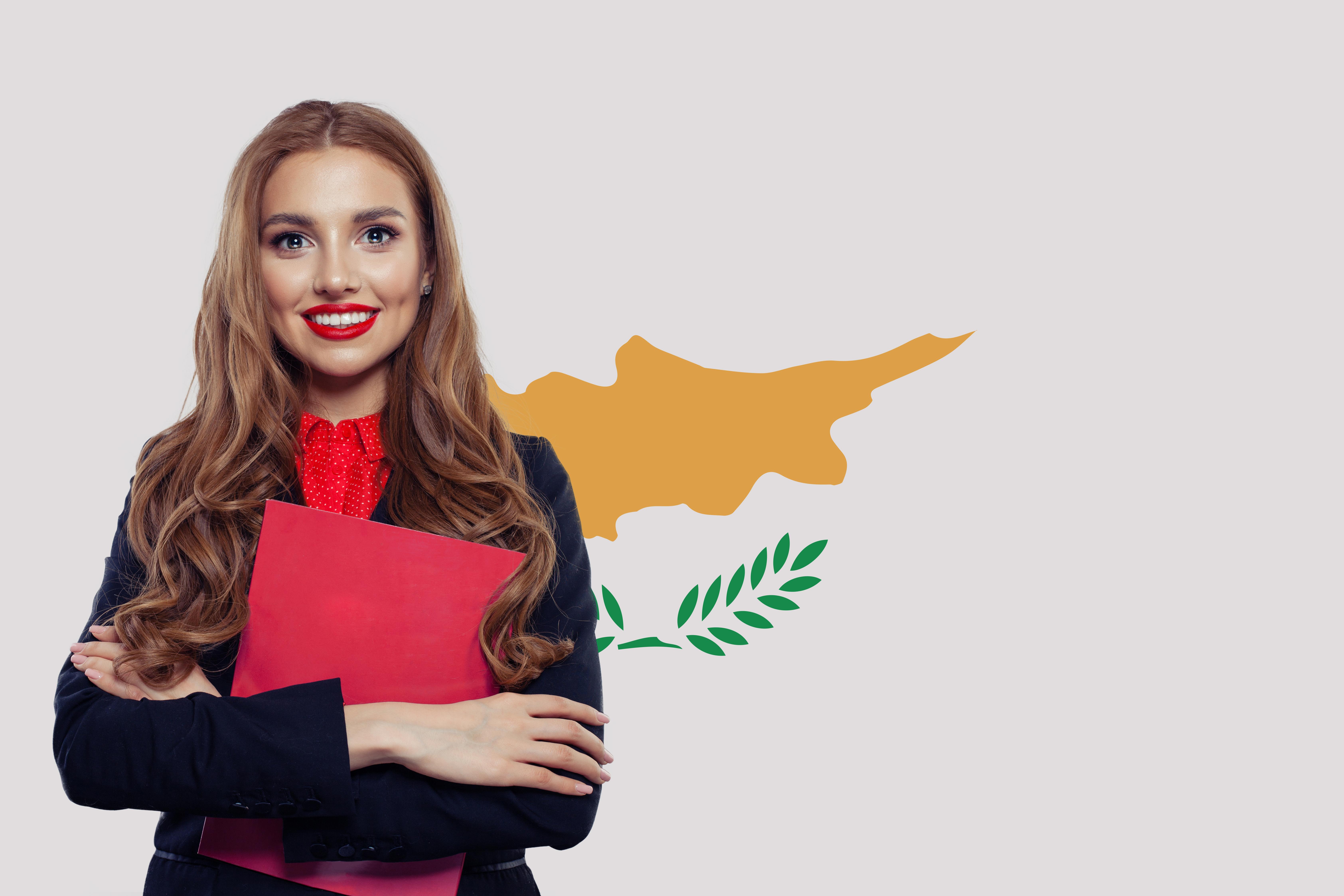 Студентка на фоне флага Кипра, страны, куда могут уехать на учебу иностранцы