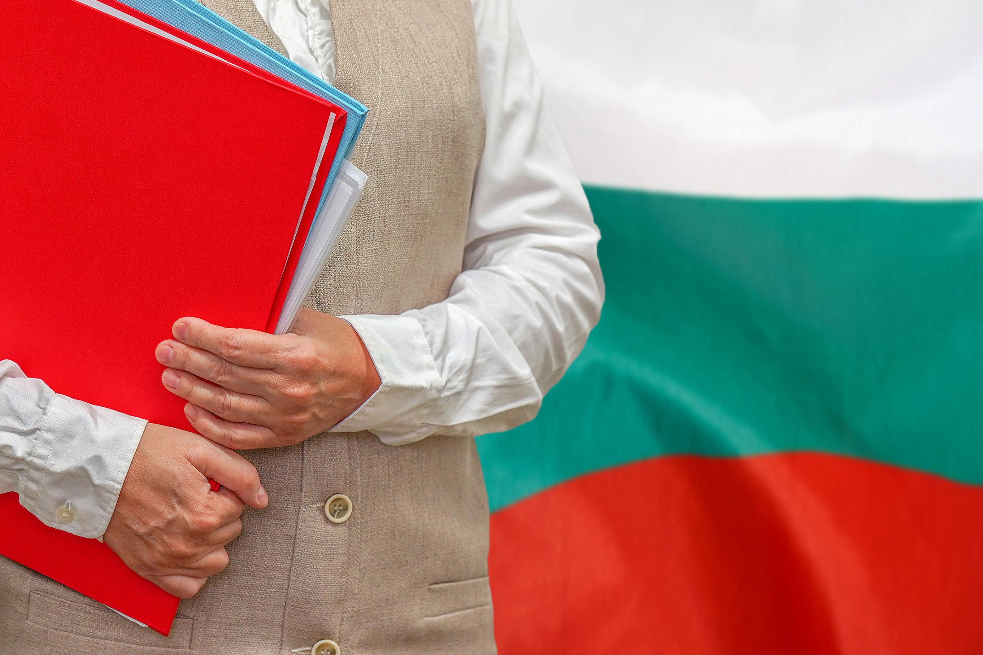 Женщина на фоне флага Болгарии, где могут обучаться иностранцы