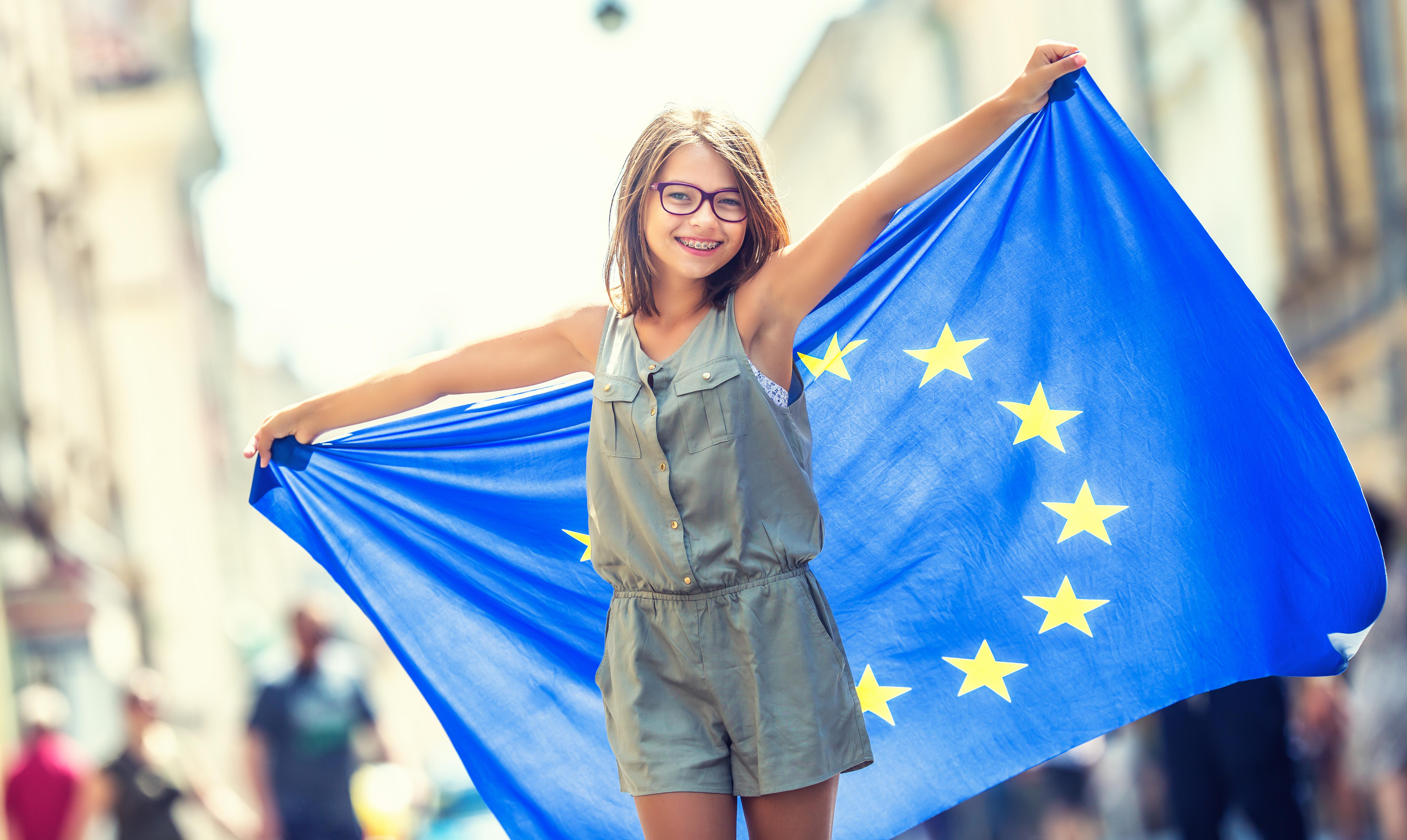 Девушка с флагом ЕС, паспорт которого можно получить согласно отзывам