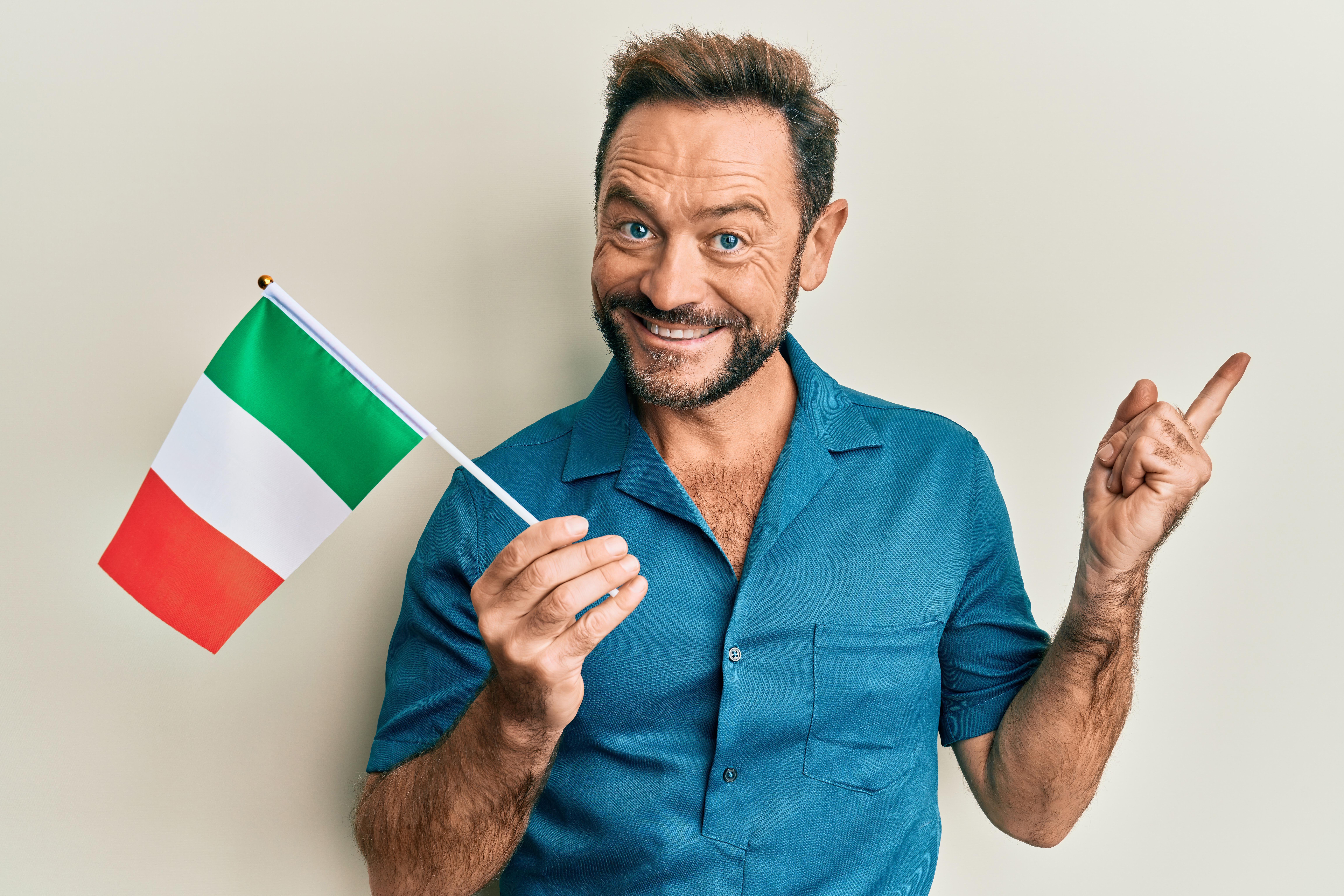 Мужчина с флагом Италии, паспорт которой можно получить согласно отзывам