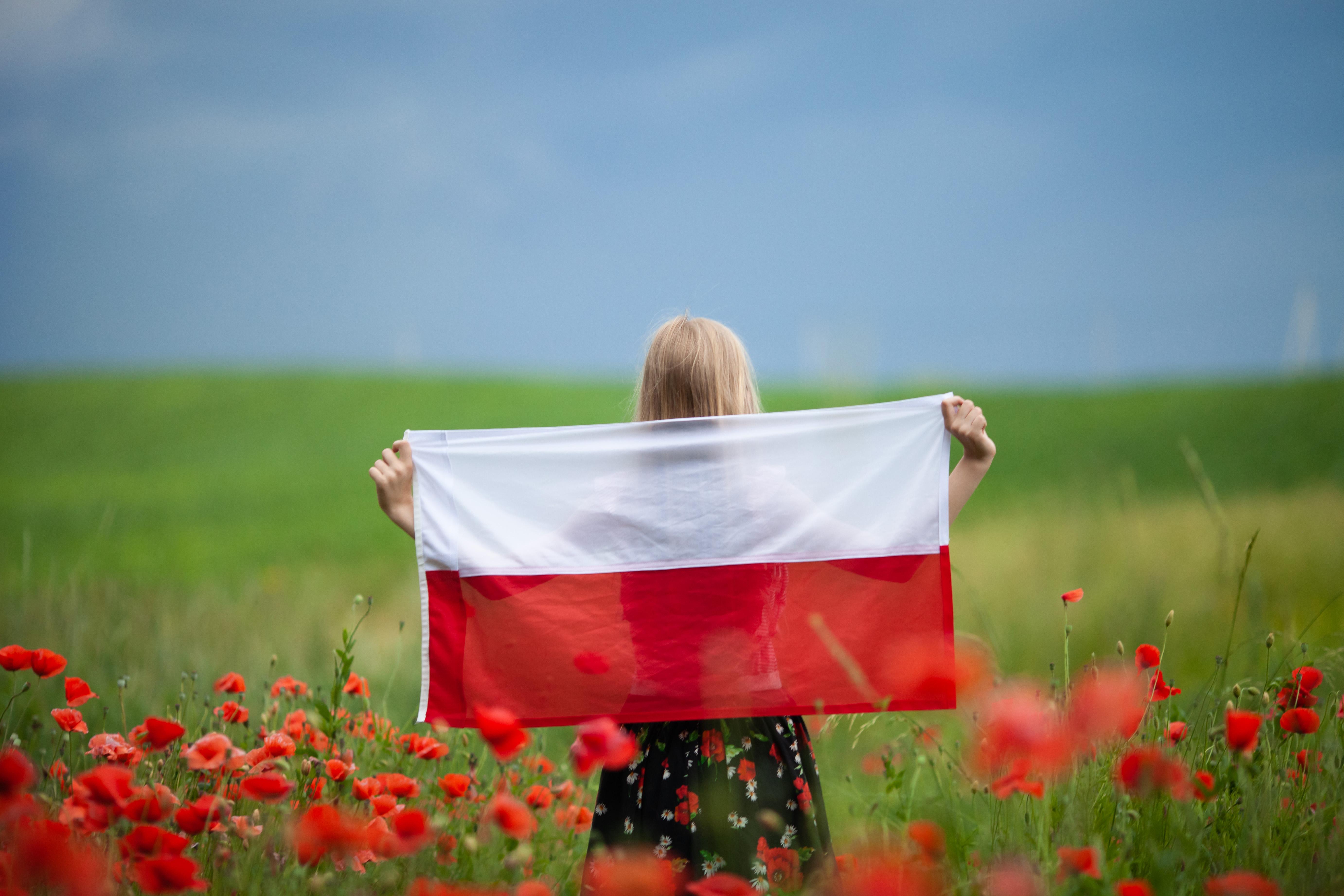 Девушка с флагом Польши, где можно получить Карту поляка согласно отзывам