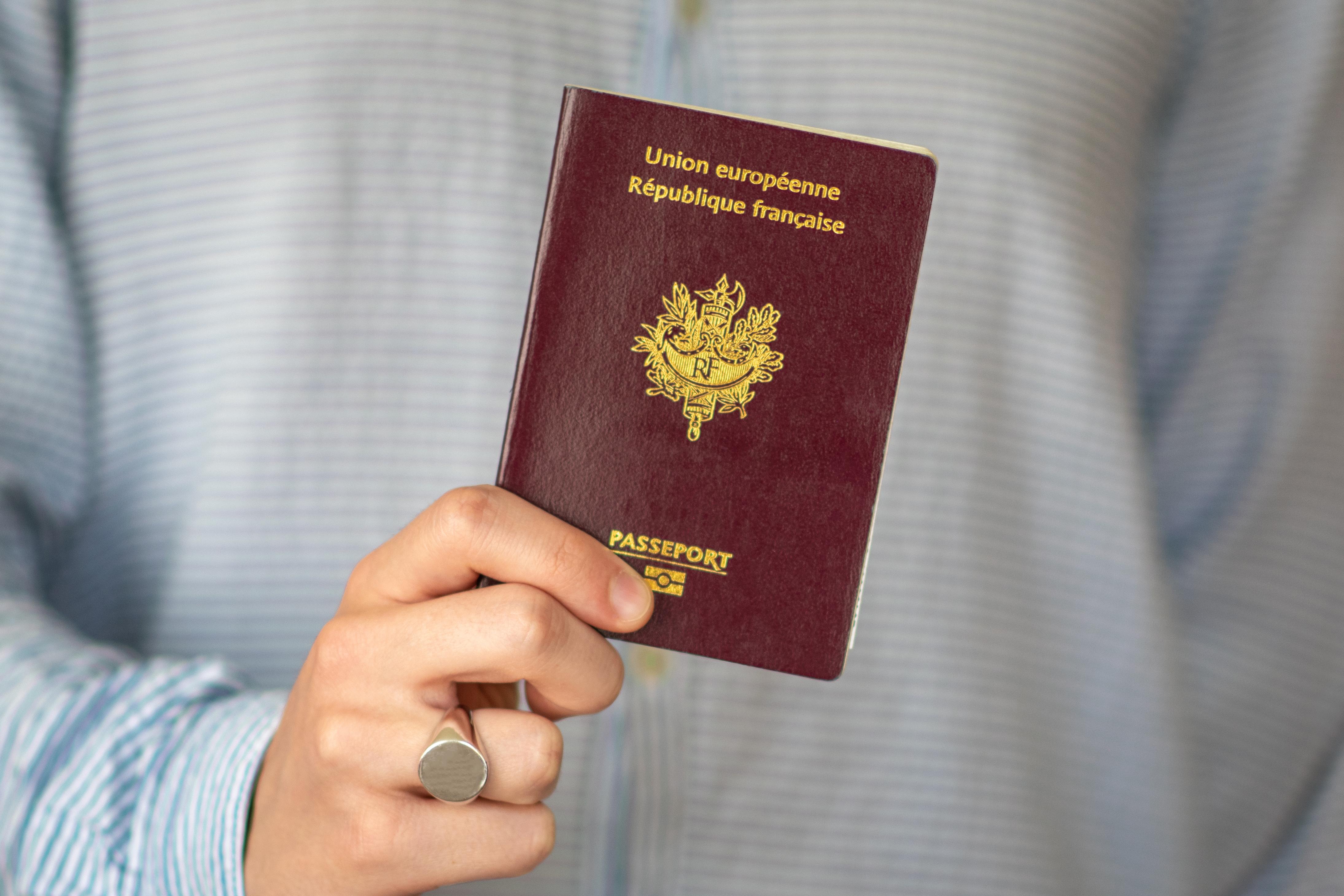 Паспорт Франции, гражданство которой могут получить иностранцы