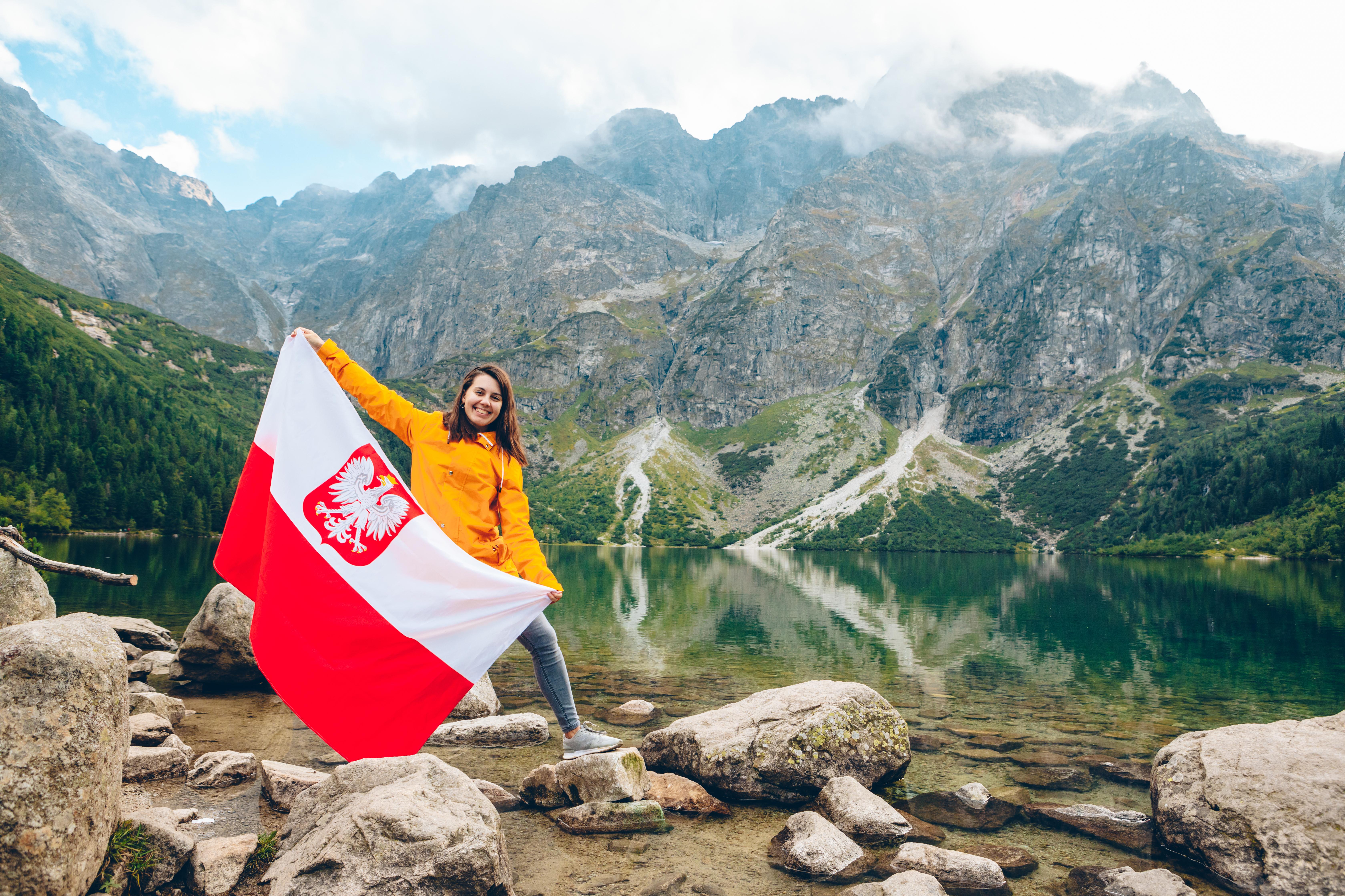 Девушка с флагом Польши, куда могут иммигрировать иностранцы