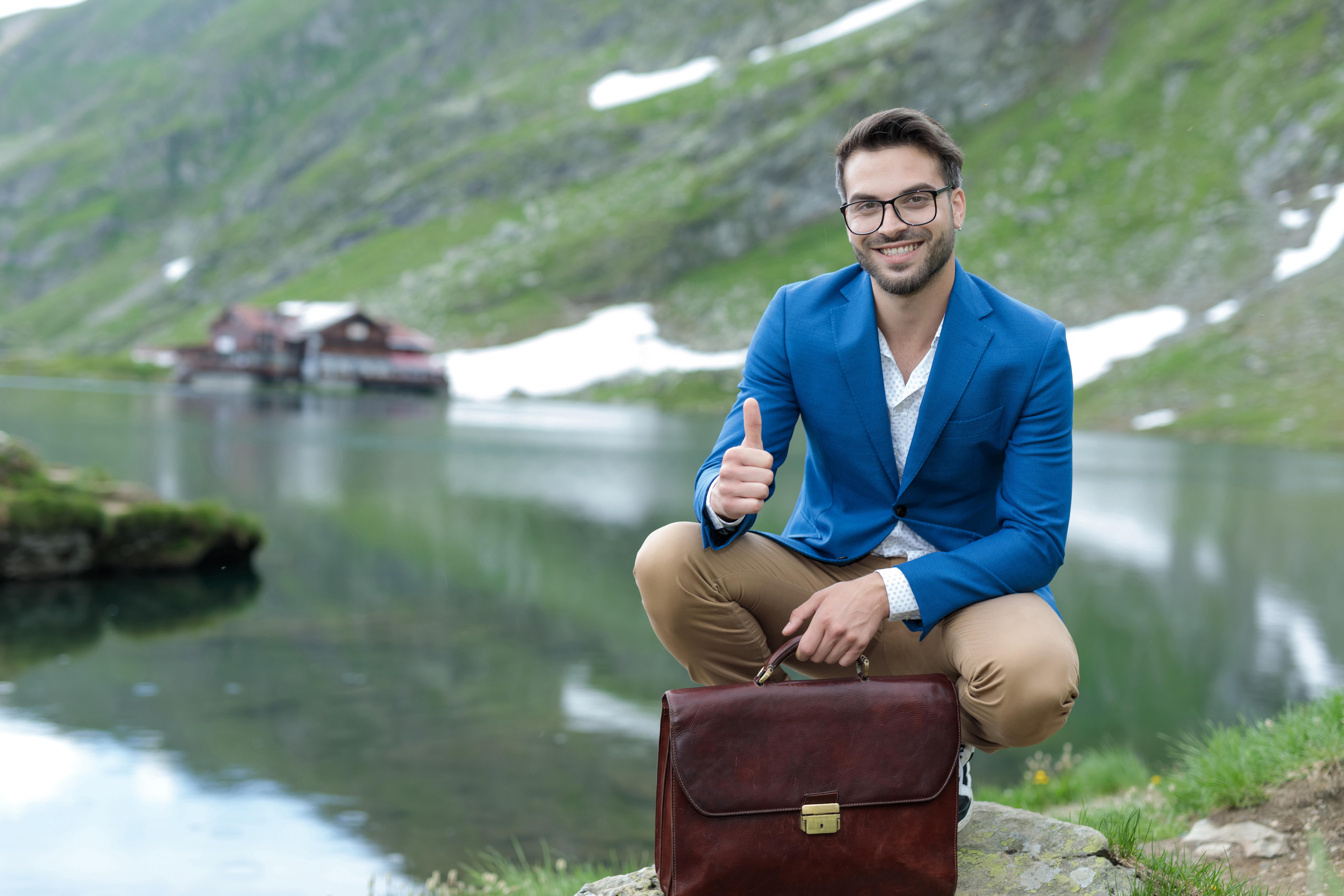 Парень на фоне озера Балеа в Румынии, где можно получить второе гражданство