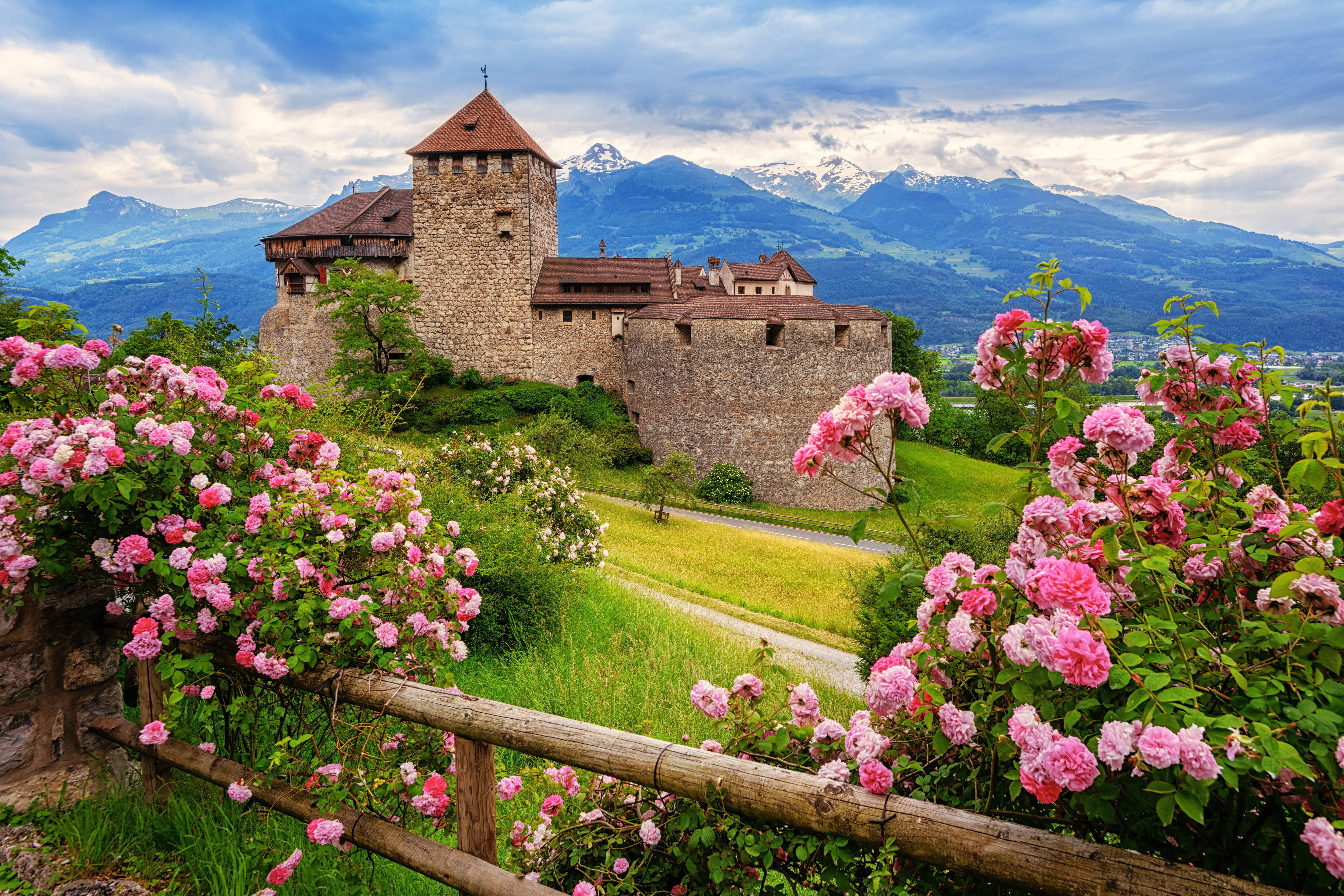 Замок Вадуц в Лихтенштейне, куда можно переехать по трудоустройству