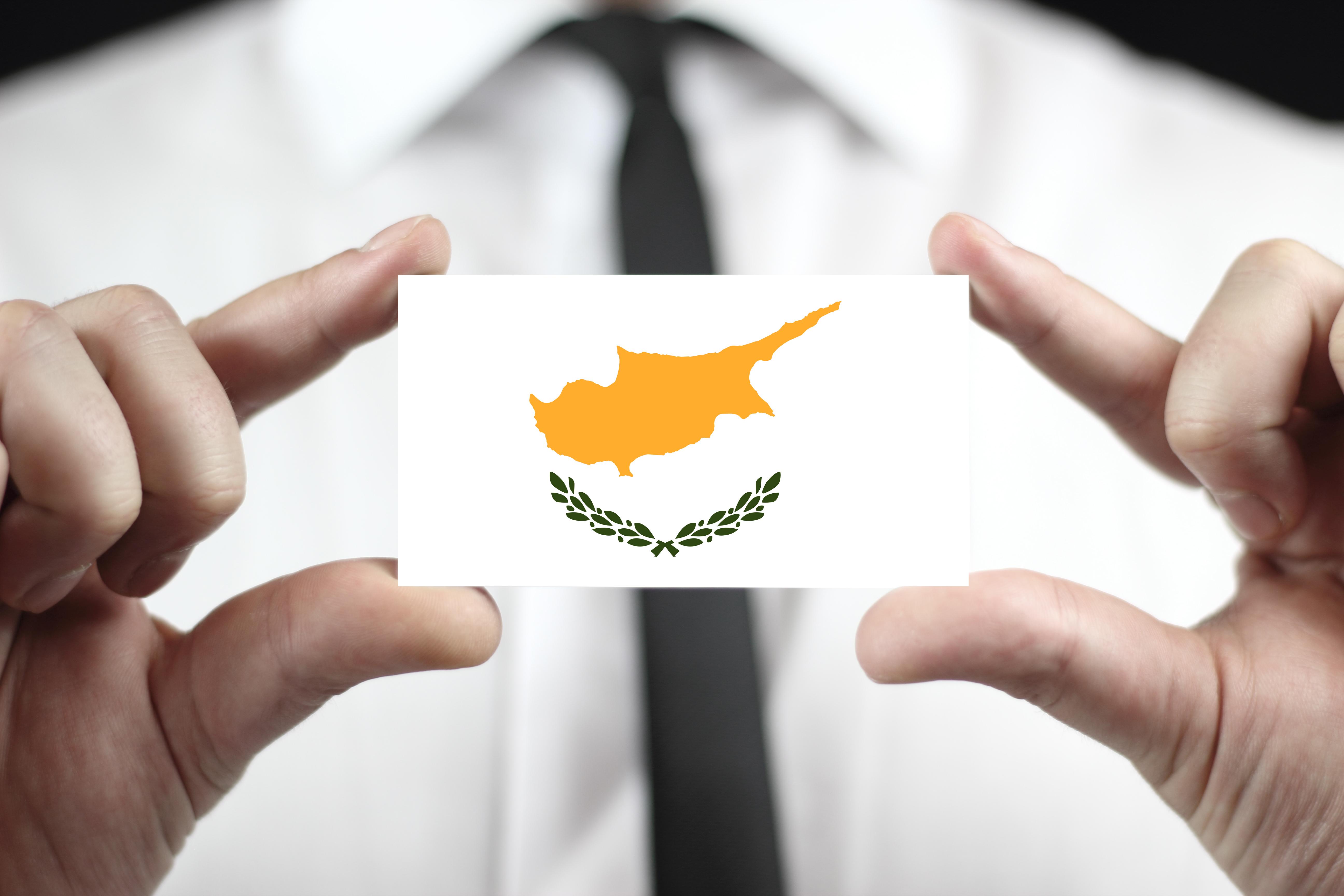 Бизнесмен с флагом Кипра, где иностранцы могут открыть бизнес
