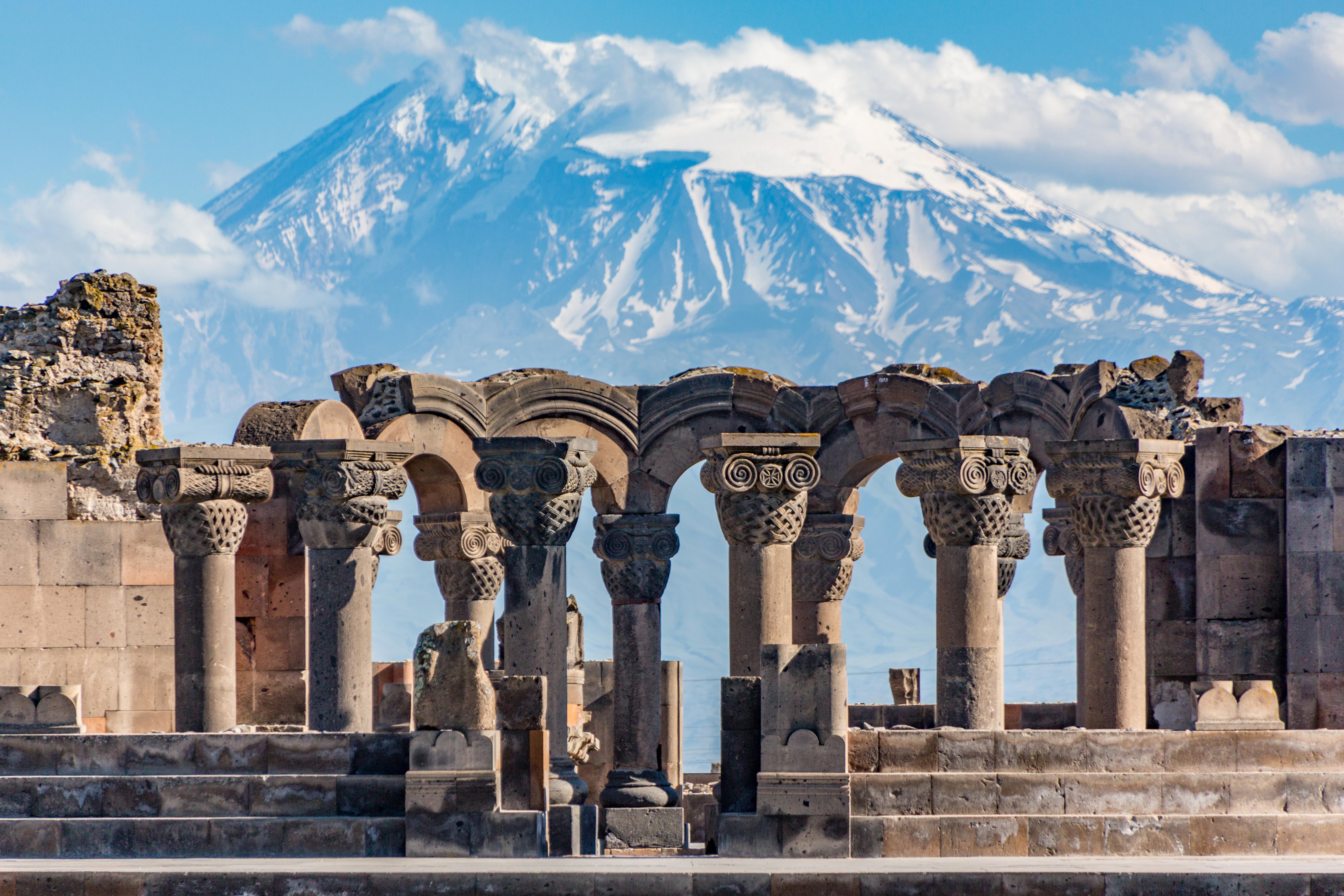 Храм Звартноц в Армении, стране, где работа доступна для иностранцев