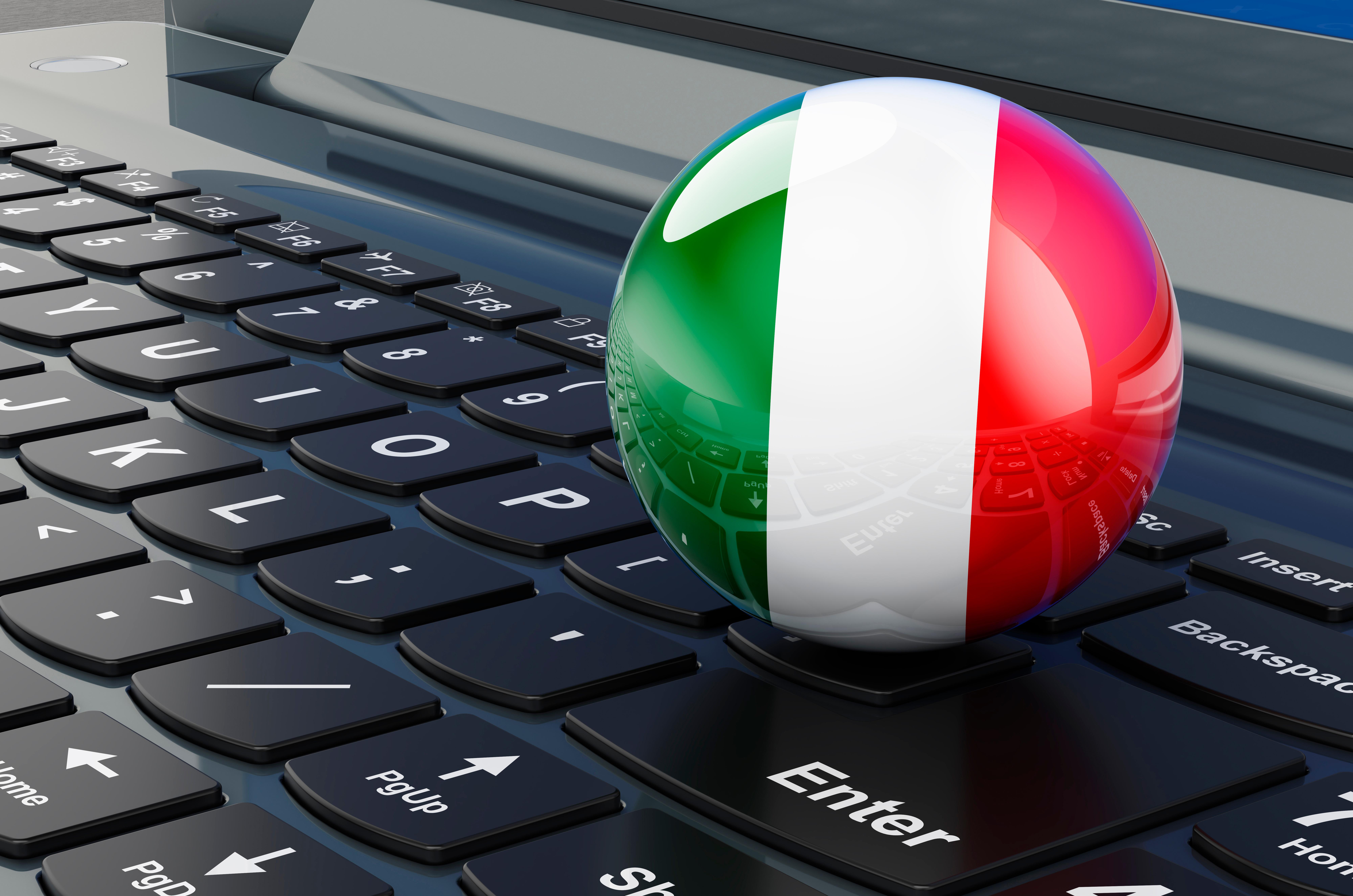 Клавиатура и флаг Италии, работа в которой доступна для русских