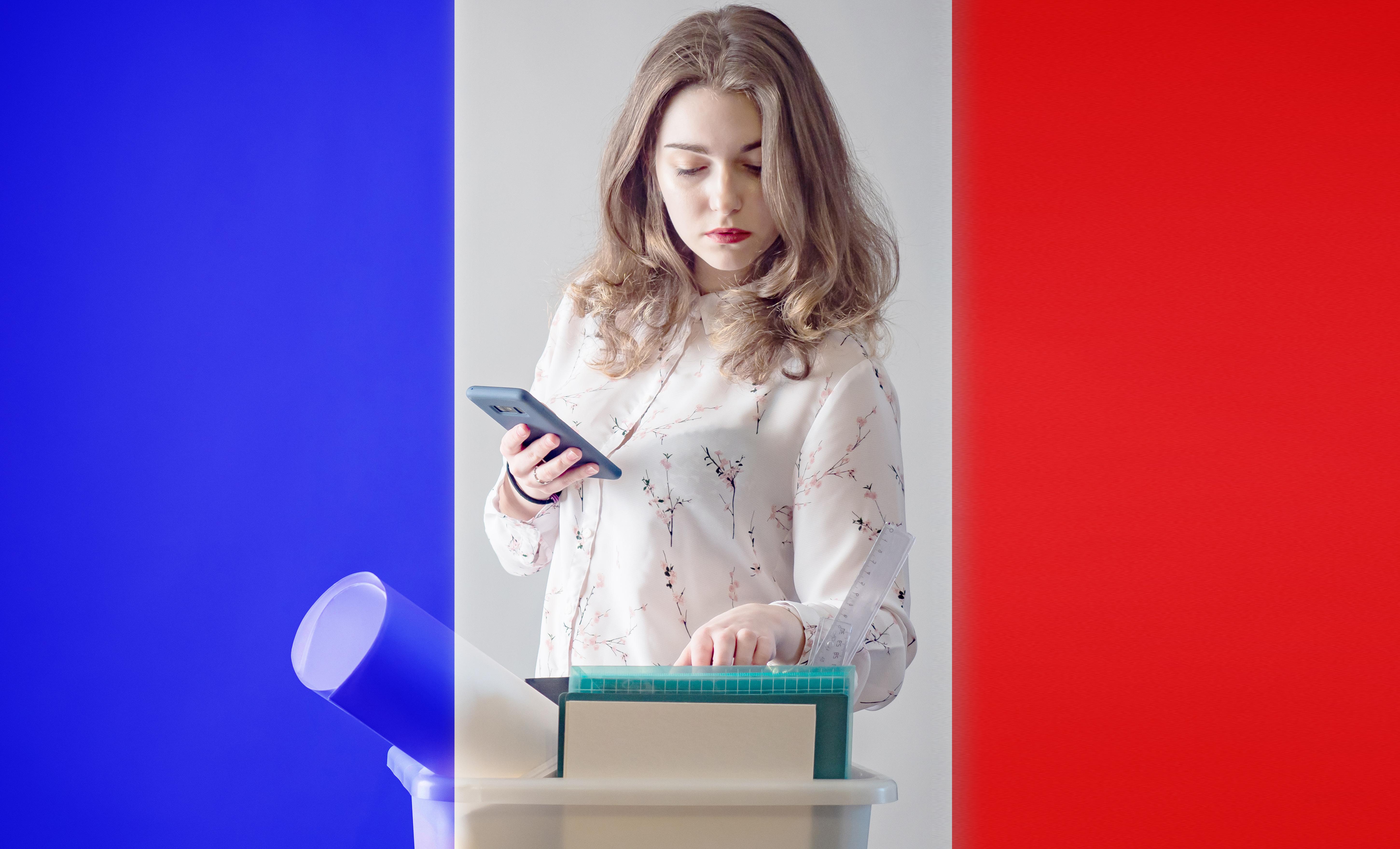 Девушка на фоне флага Франции, где работа доступна для иностранцев