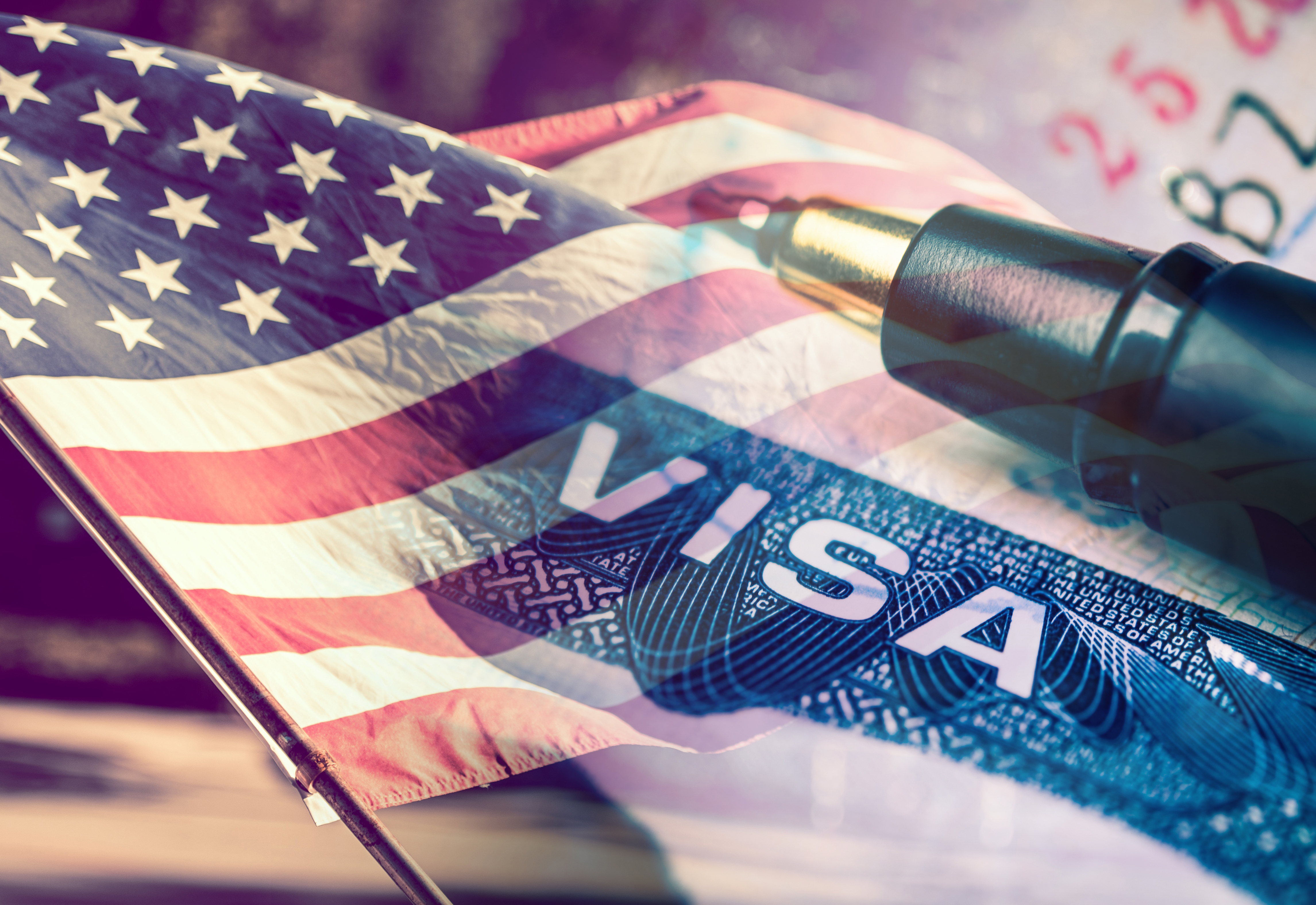Флаг и виза США, которые прекращают выдачу виз в диппредставительствах РФ