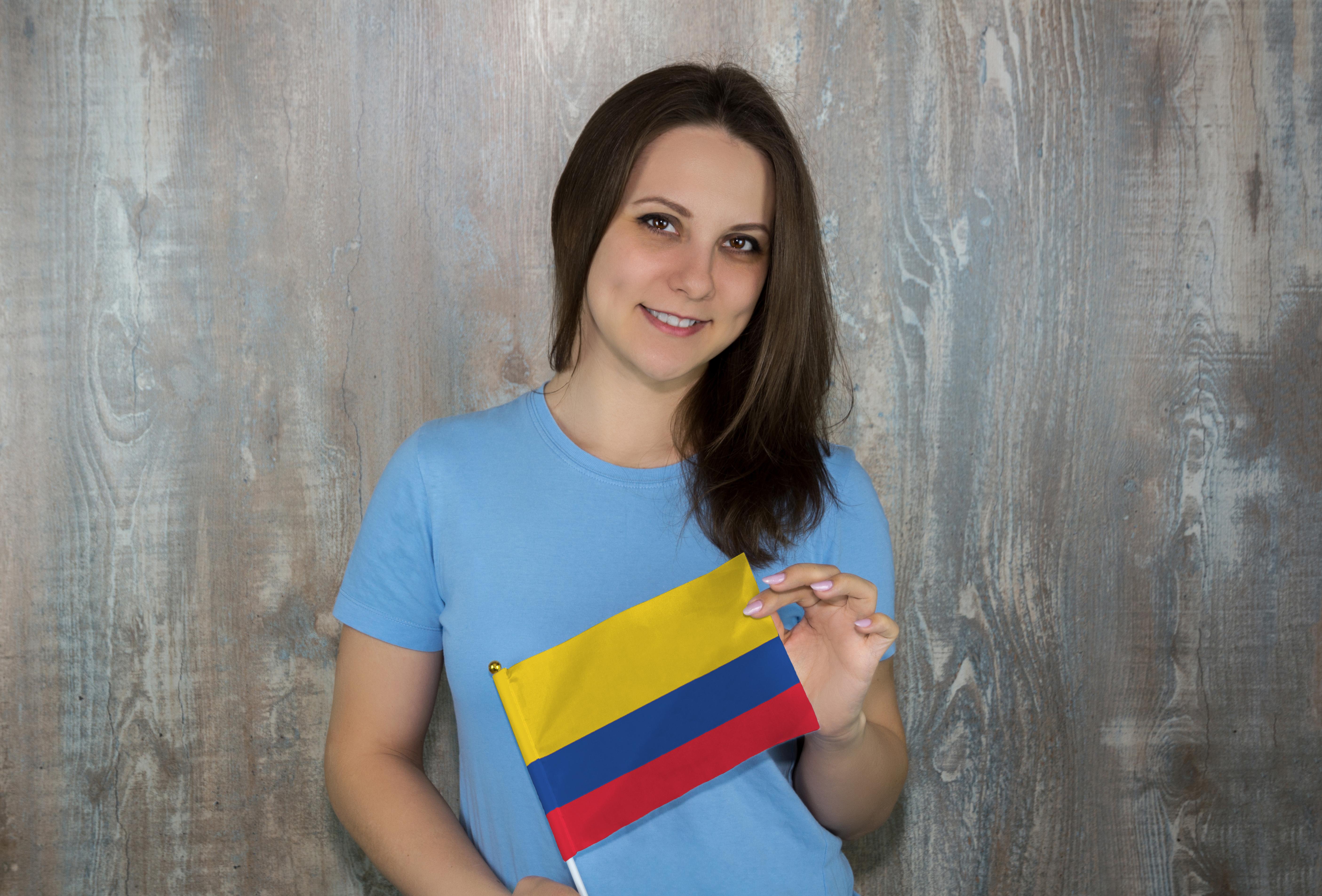 Девушка с флагом Колумбии, где есть возможность обучаться для россиян