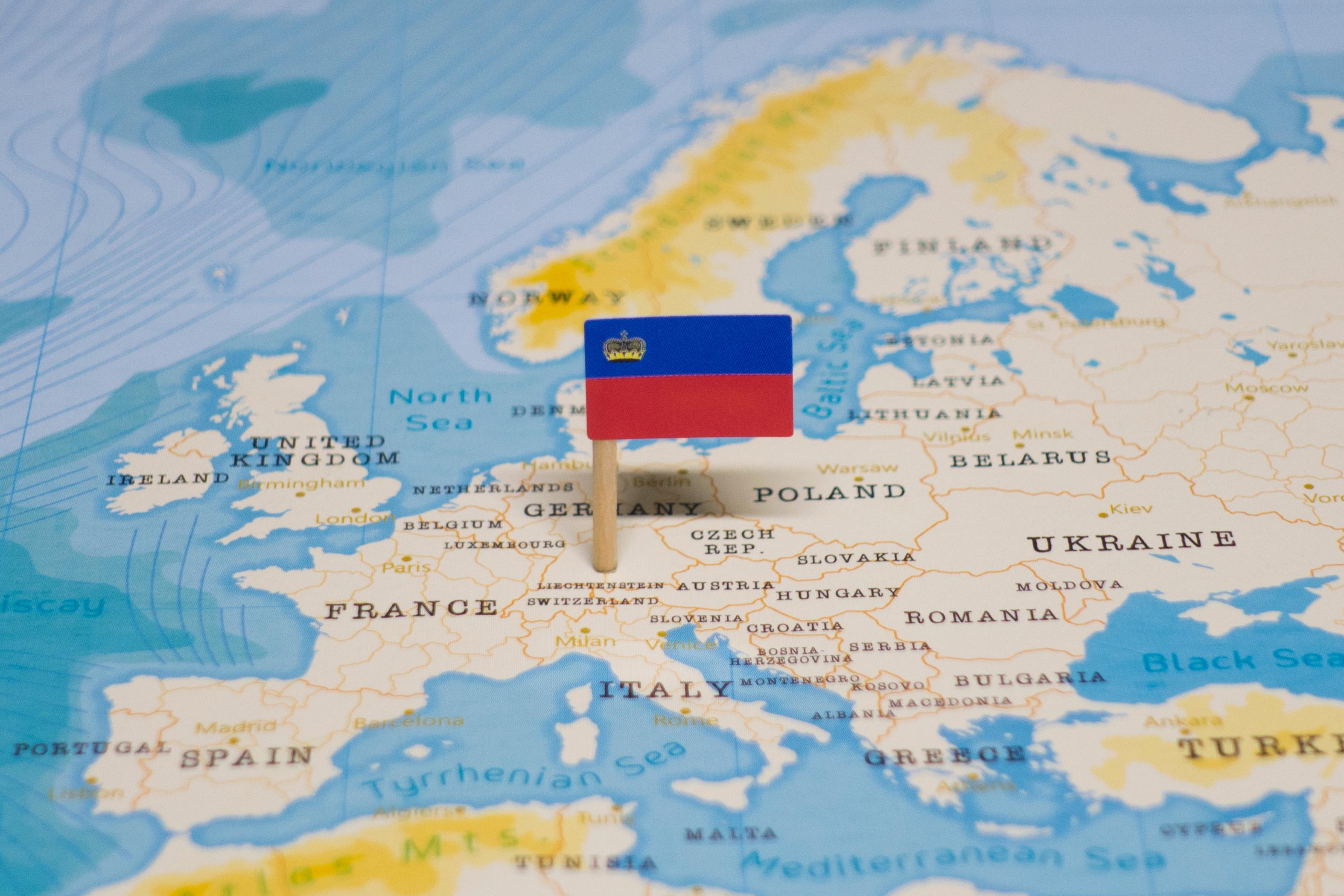 Флаг Лихтенштейна, куда могут уехать на учебу россияне