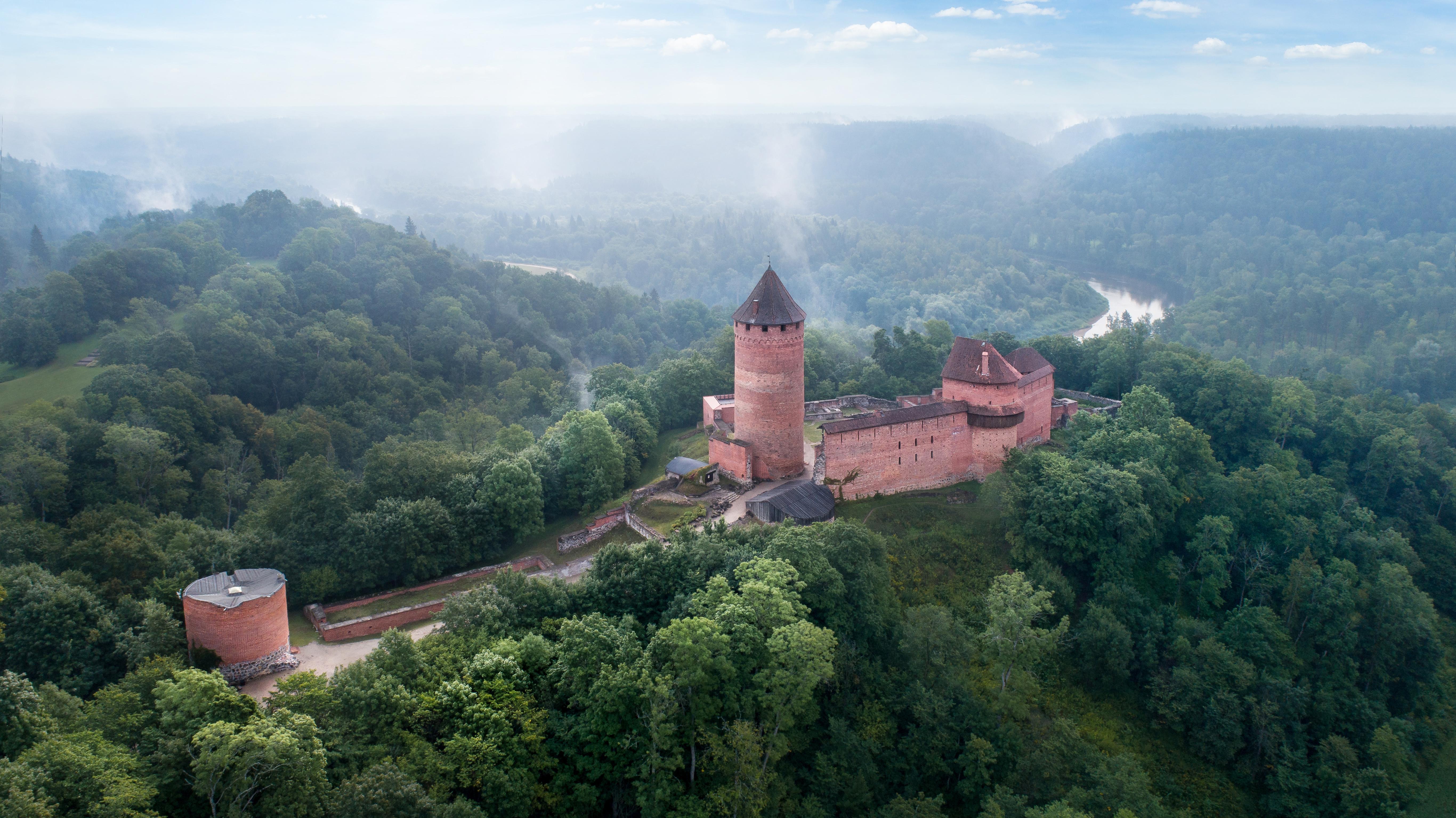 Турайдский замок в Латвии, где достаточно высокий уровень жизни