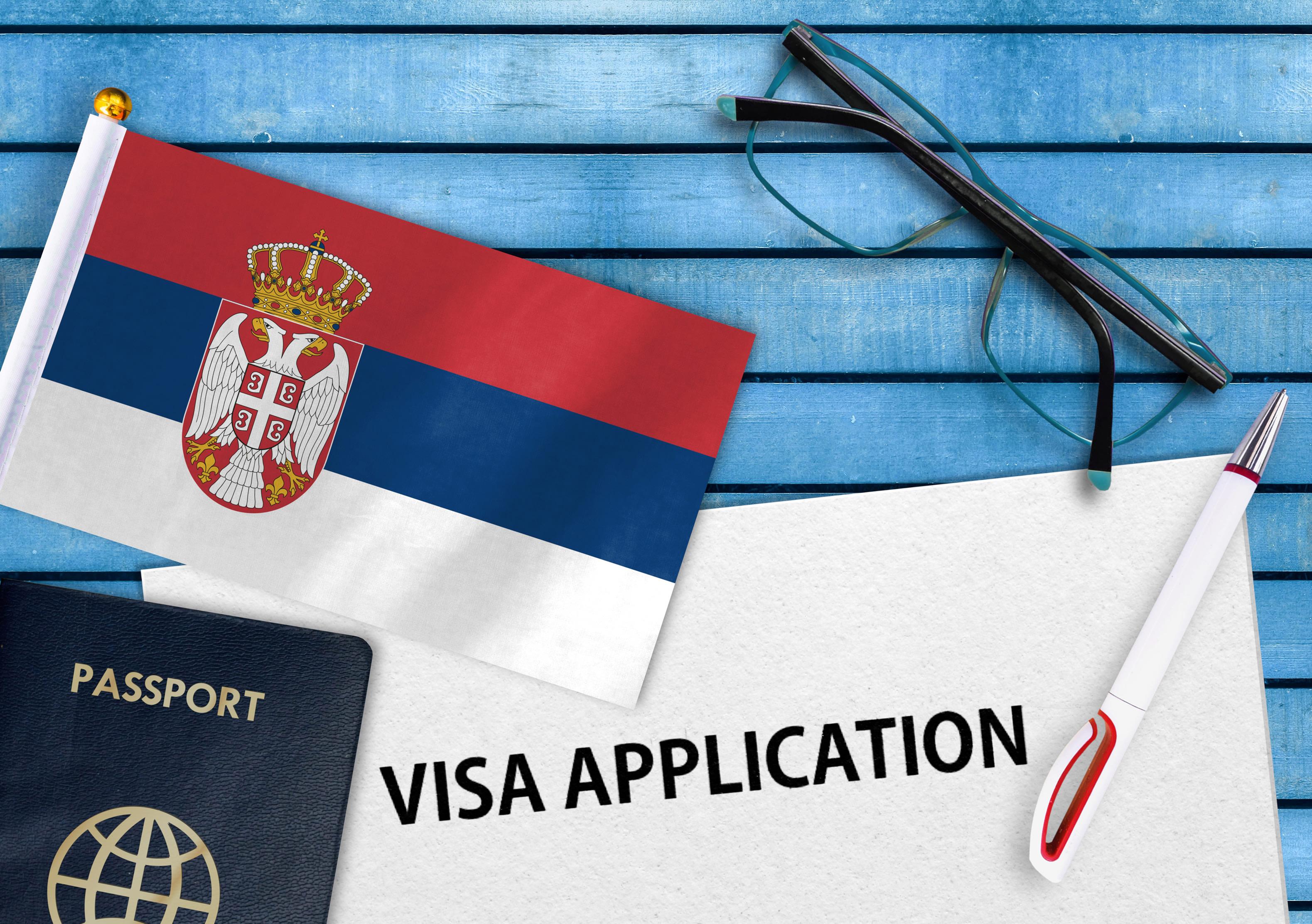 Флаг Сербии, визу в которую могут оформить россияне