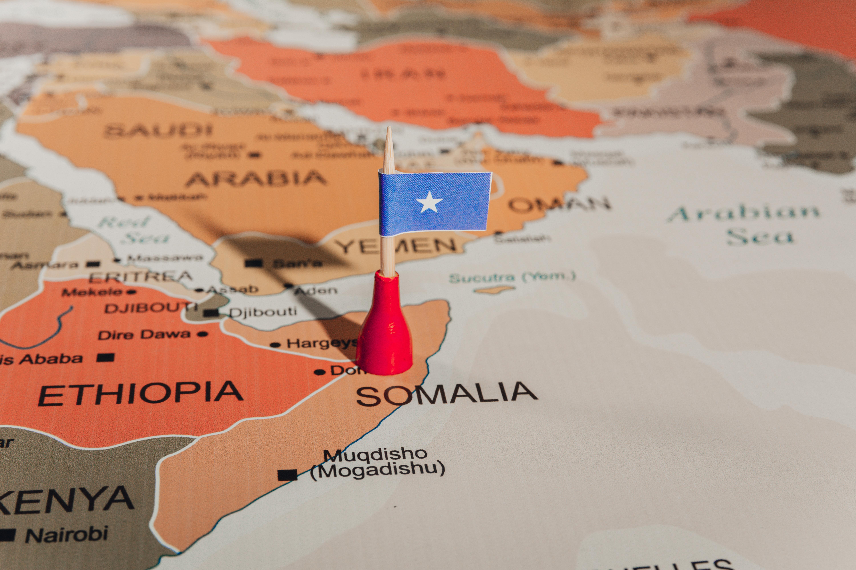 Карта мира и флаг Сомали, визу, которой могут оформить россияне