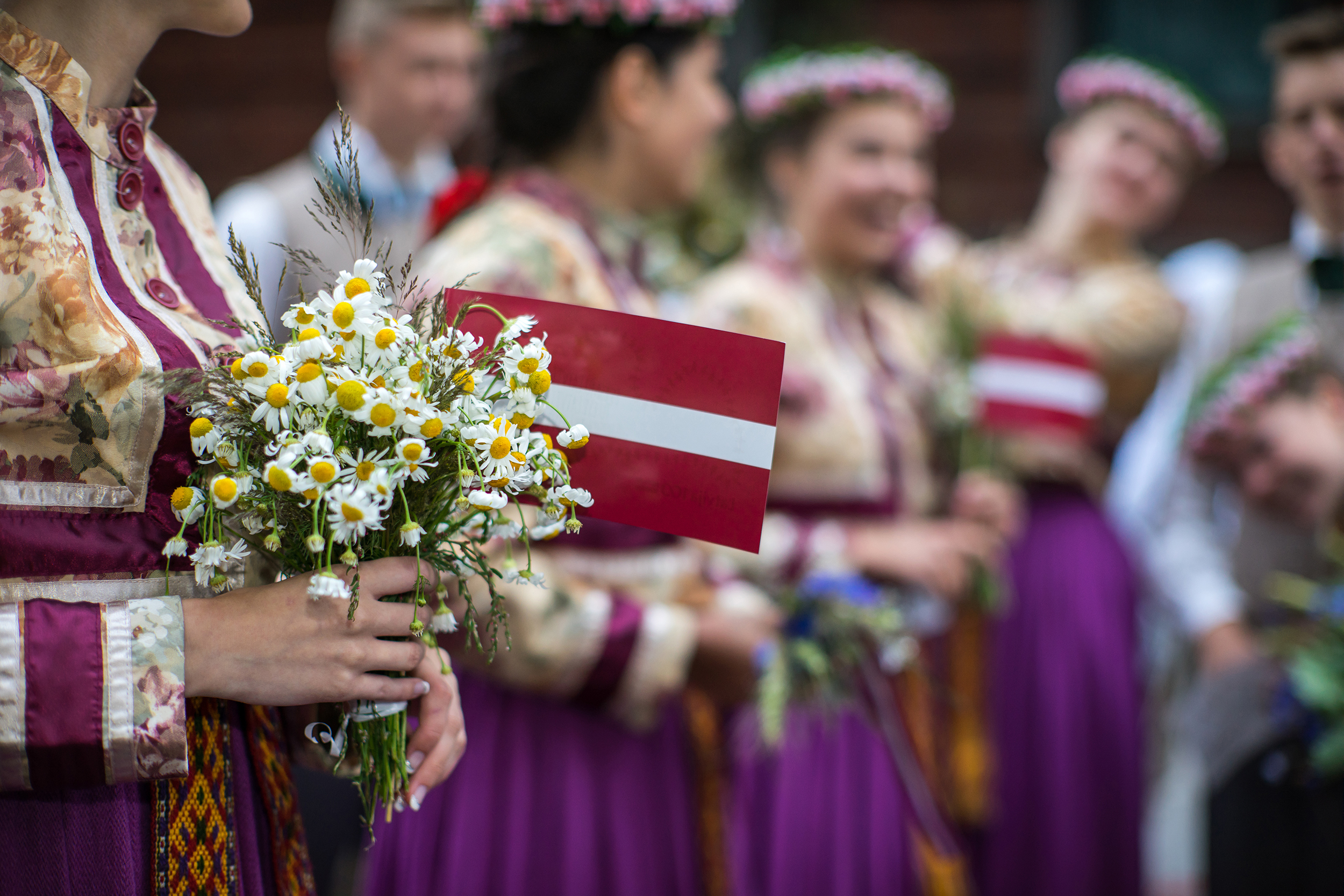 Девушки с флагом Латвии, куда визу могут оформить иностранцы