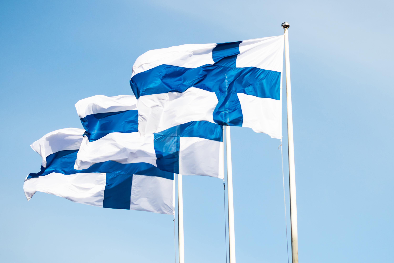Флаги Финляндии, ВНЖ которой могут получить россияне, украинцы и белорусы