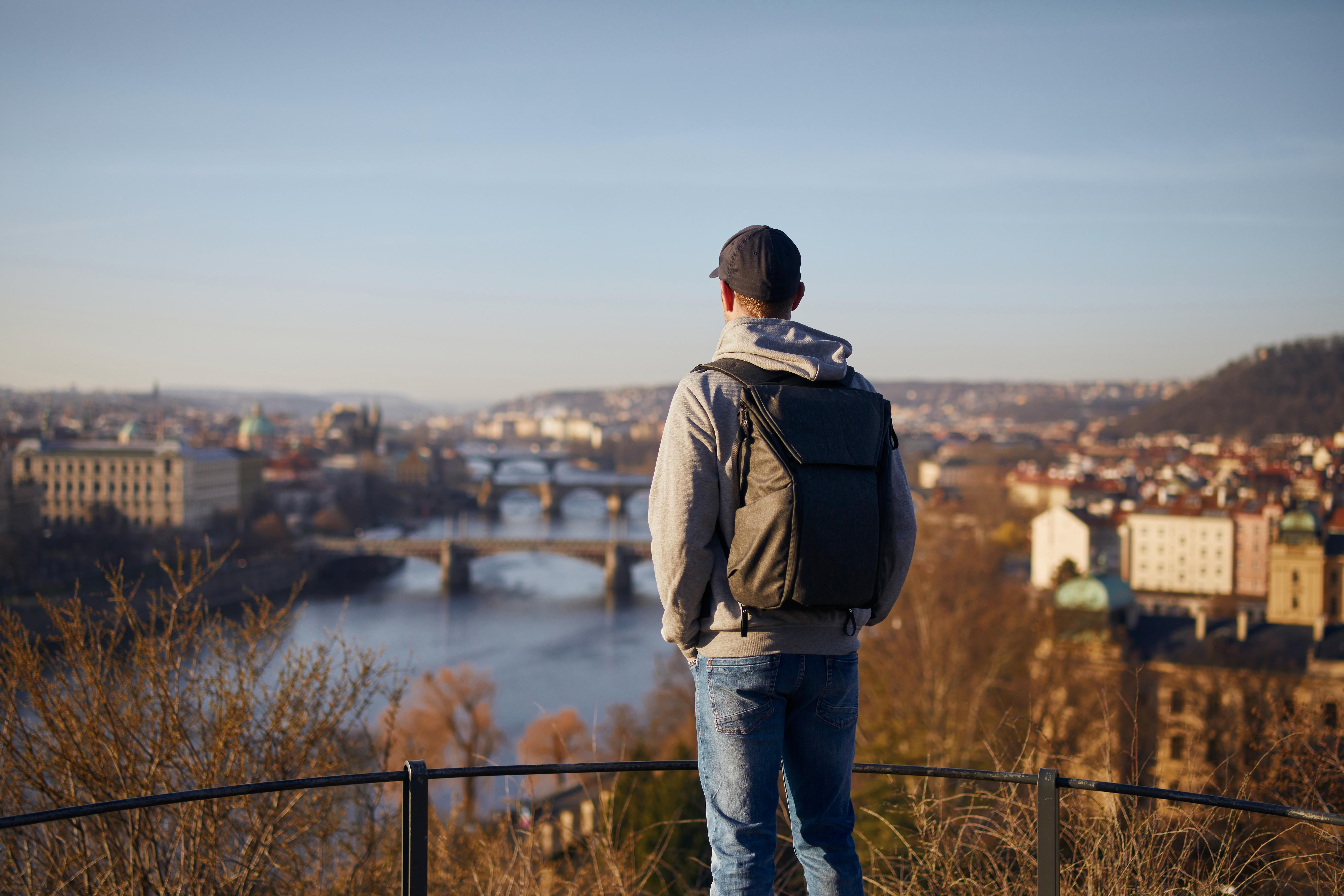 Иммигрант смотрит на Прагу, куда он переехал на ПМЖ